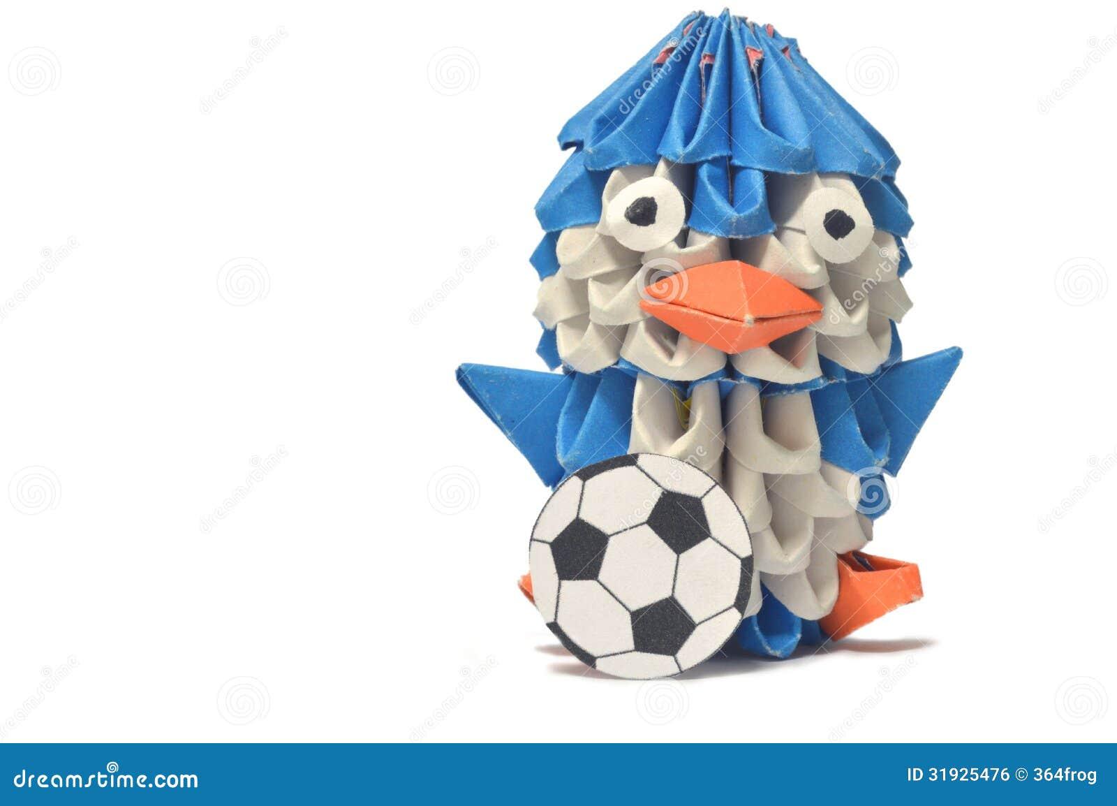 Giochi di un pinguino di origami con un pallone da calcio - Pagina da colorare di un pallone da calcio ...