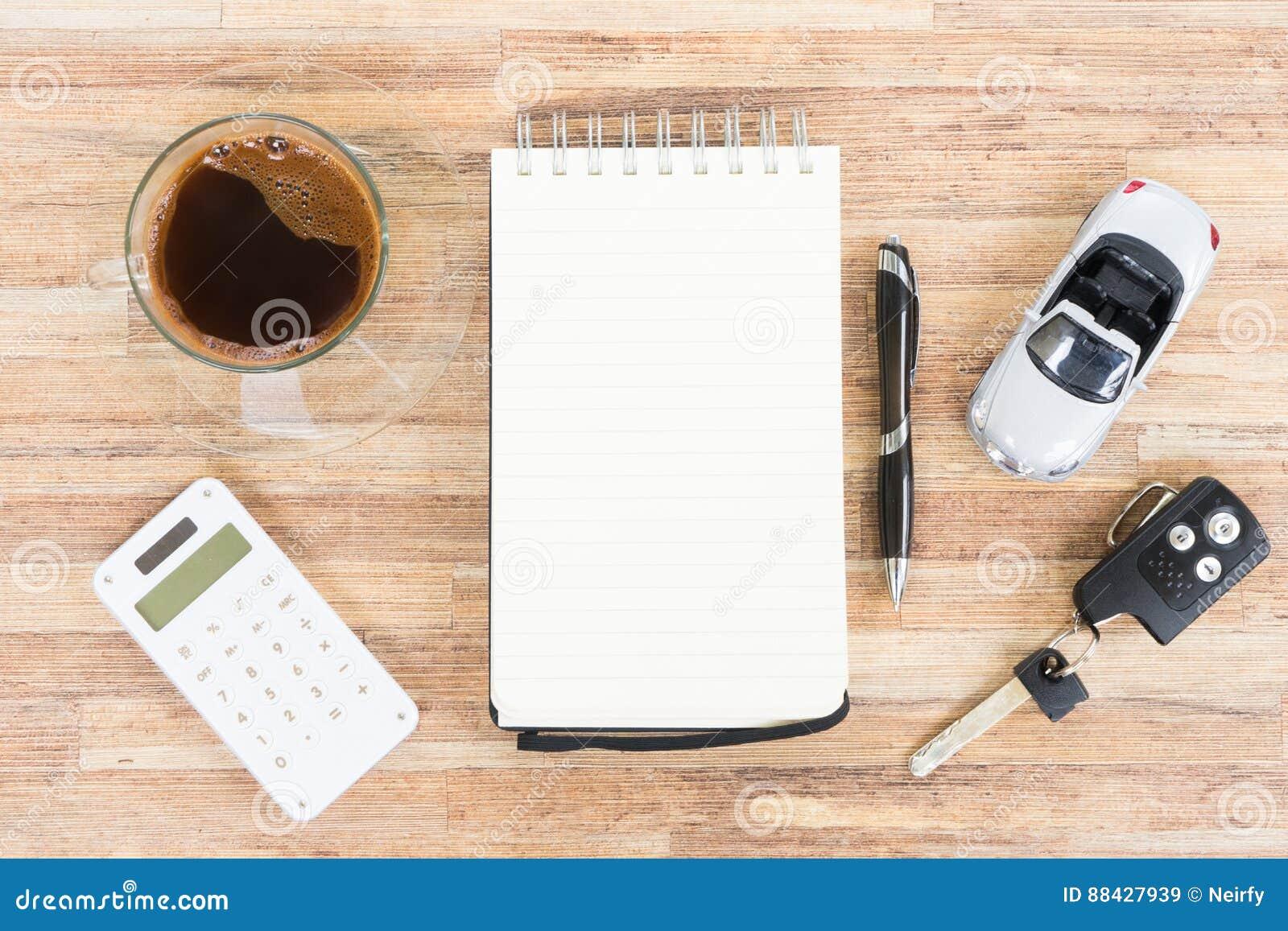 Giochi l automobile con il taccuino, il calcolatore ed il caffè