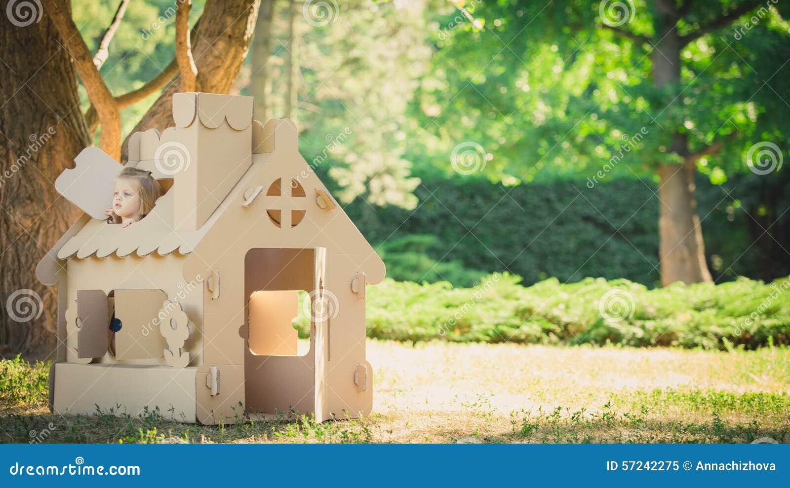 Giochi la casa fatta di cartone ondulato nel parco della citt fotografia stock immagine 57242275 - Casa di cartone ...