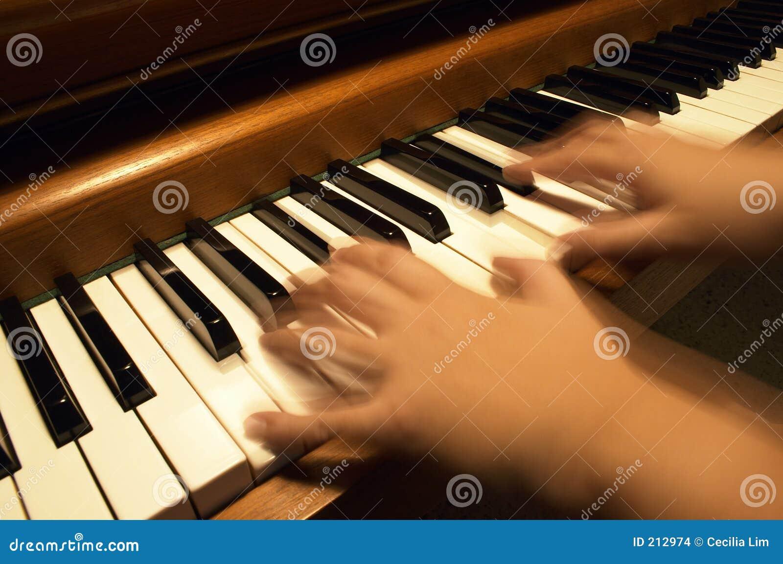 Download Gioco del piano fotografia stock. Immagine di musica, serenade - 212974