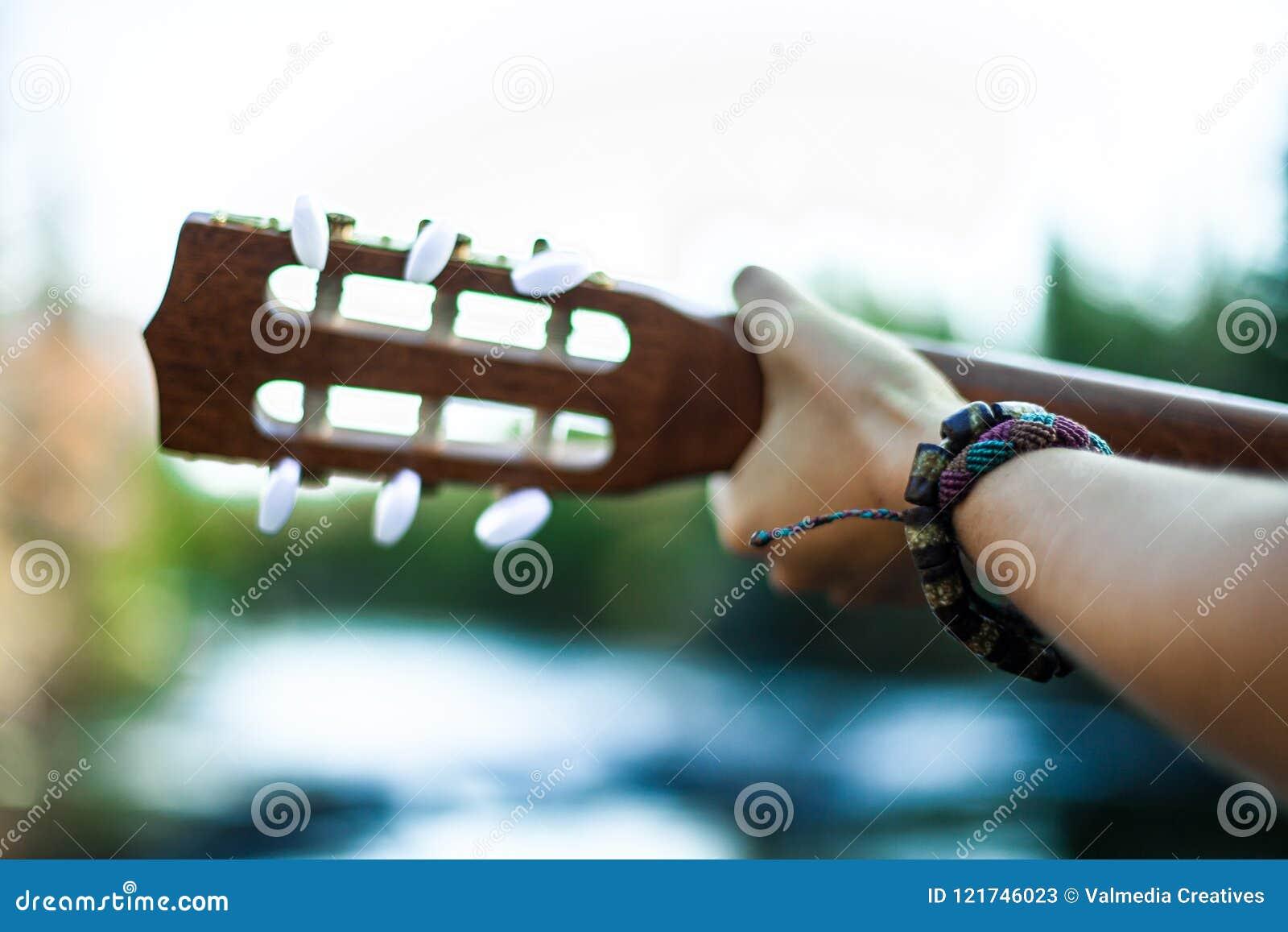 Gioco della chitarra dal fiume