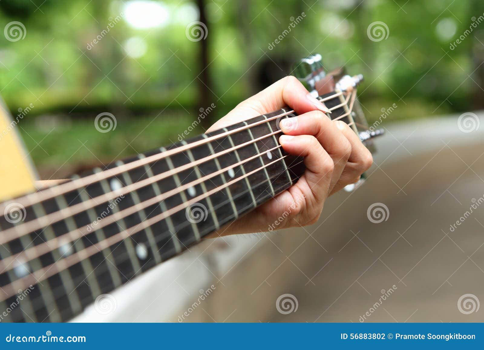 Gioco della chitarra nel parco
