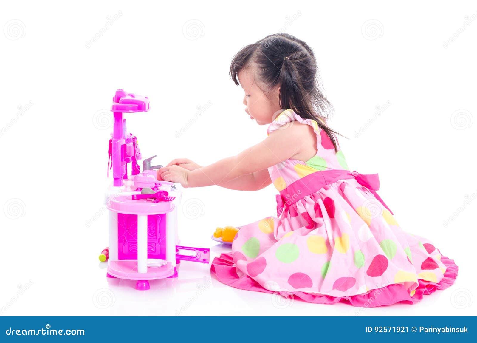 Gioco della ragazza che cucina sul pavimento