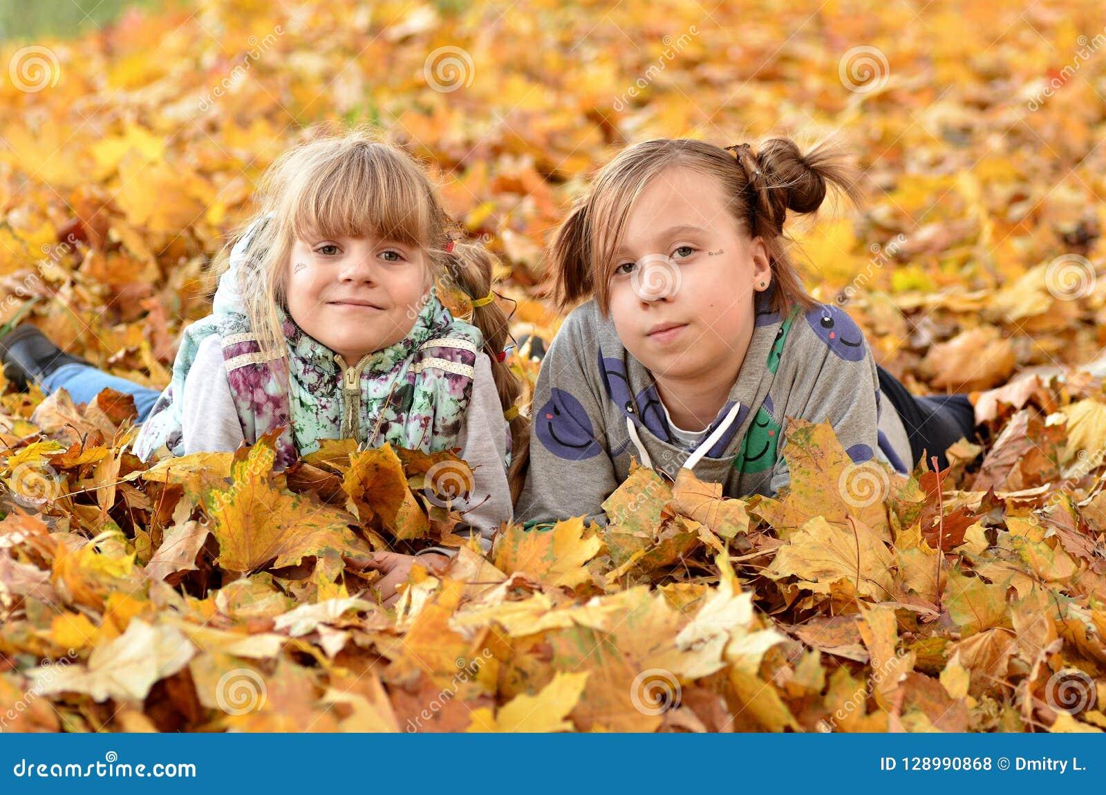 Gioco delle ragazze all aperto nella stagione di autunno