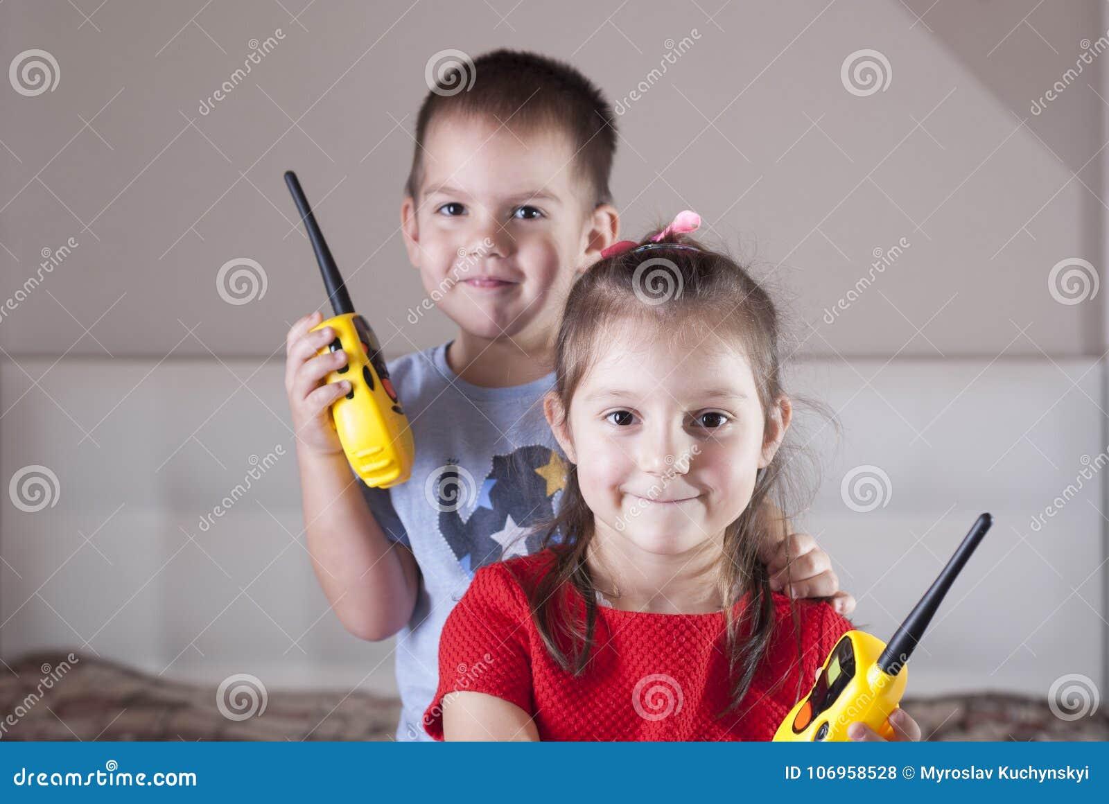 Gioco di bambini con il walkie-talkie