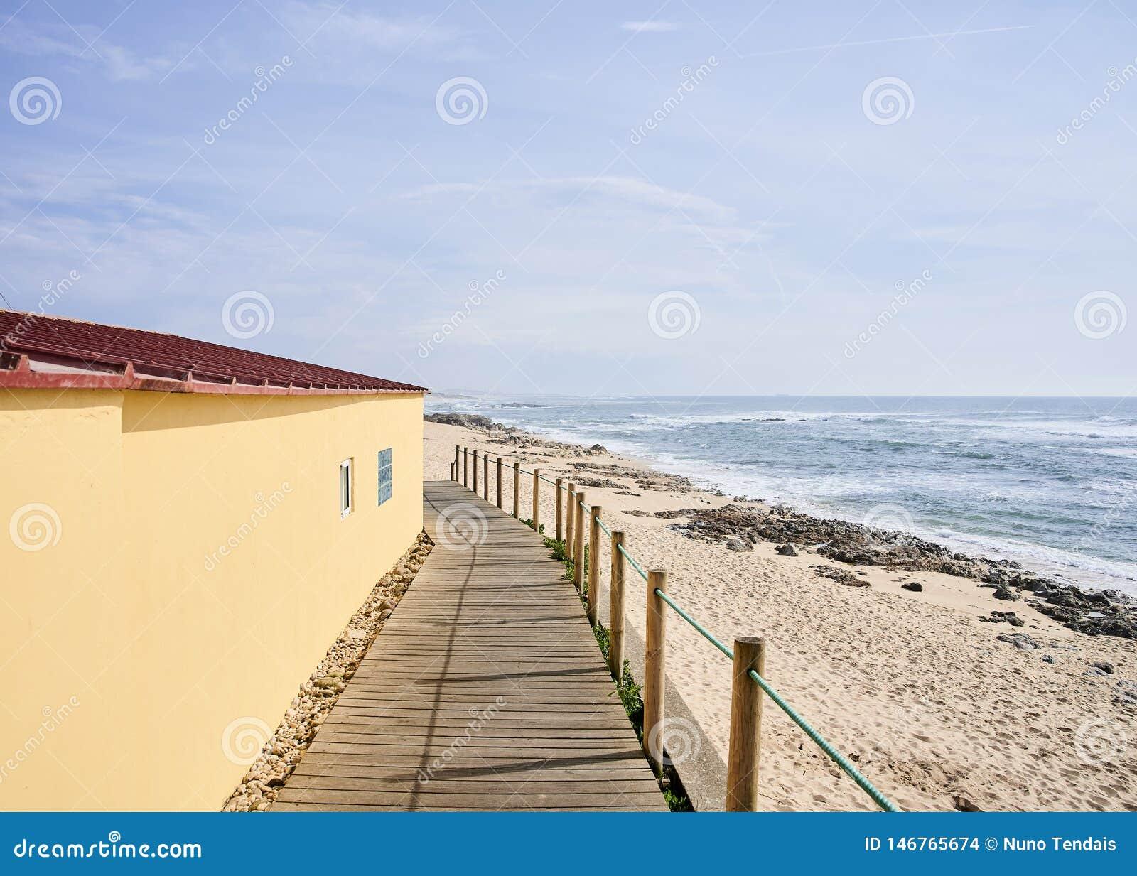 Gioco di gambe fra la casa gialla e la spiaggia