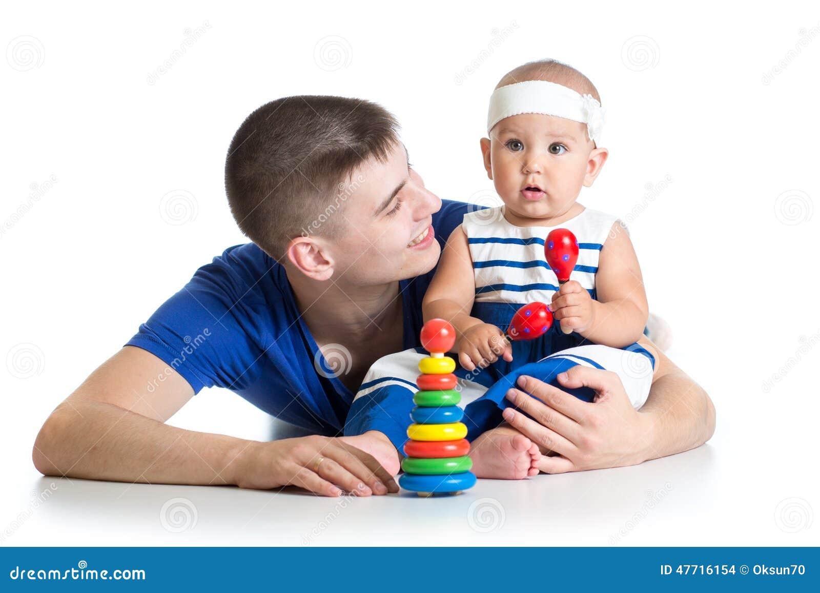 Gioco felice del papà e del bambino insieme