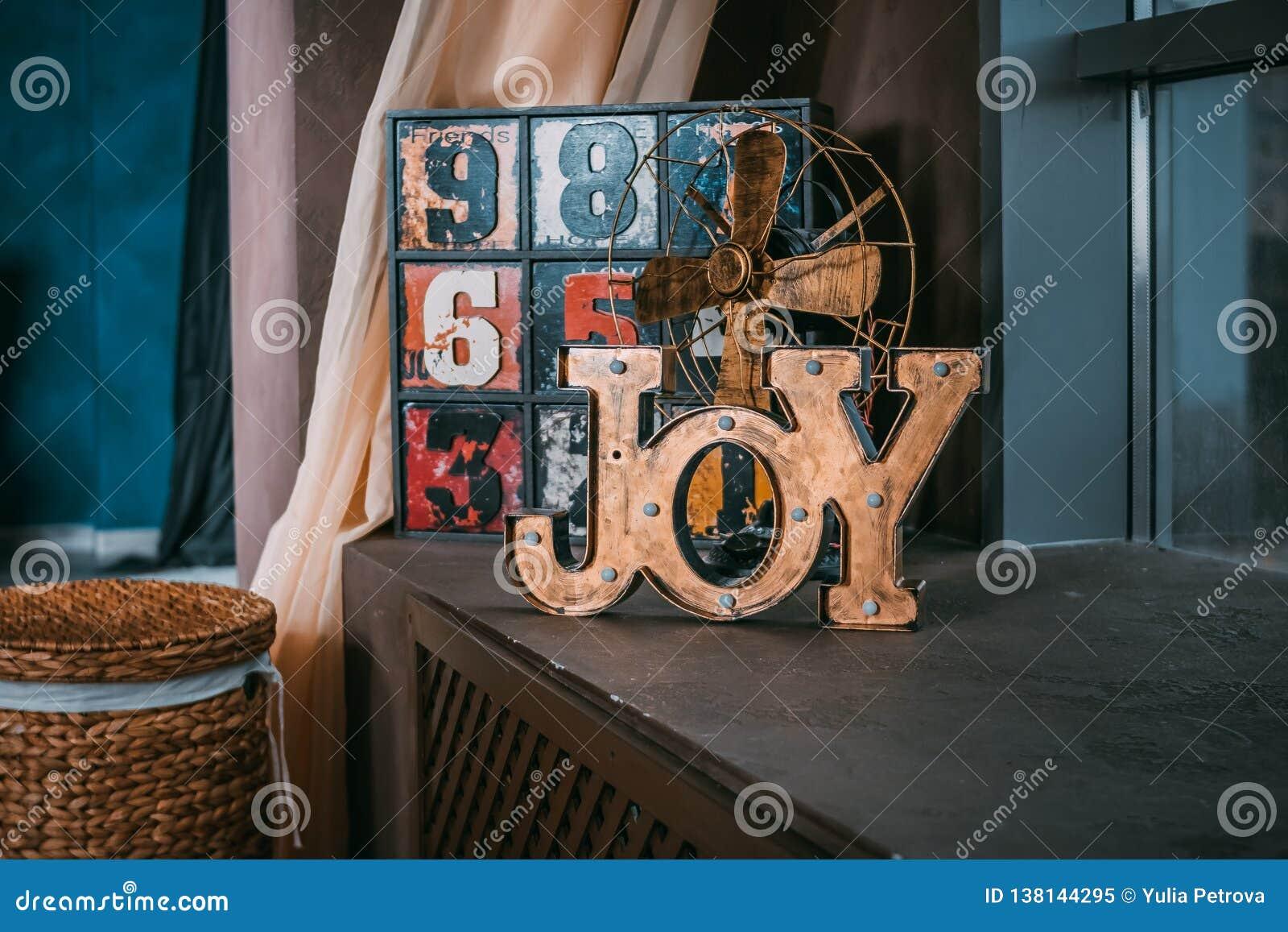 Gioia di parola delle lettere di legno Decorazione di cerimonia nuziale Nozze Photoshoot Nella priorità alta una gioia di legno d
