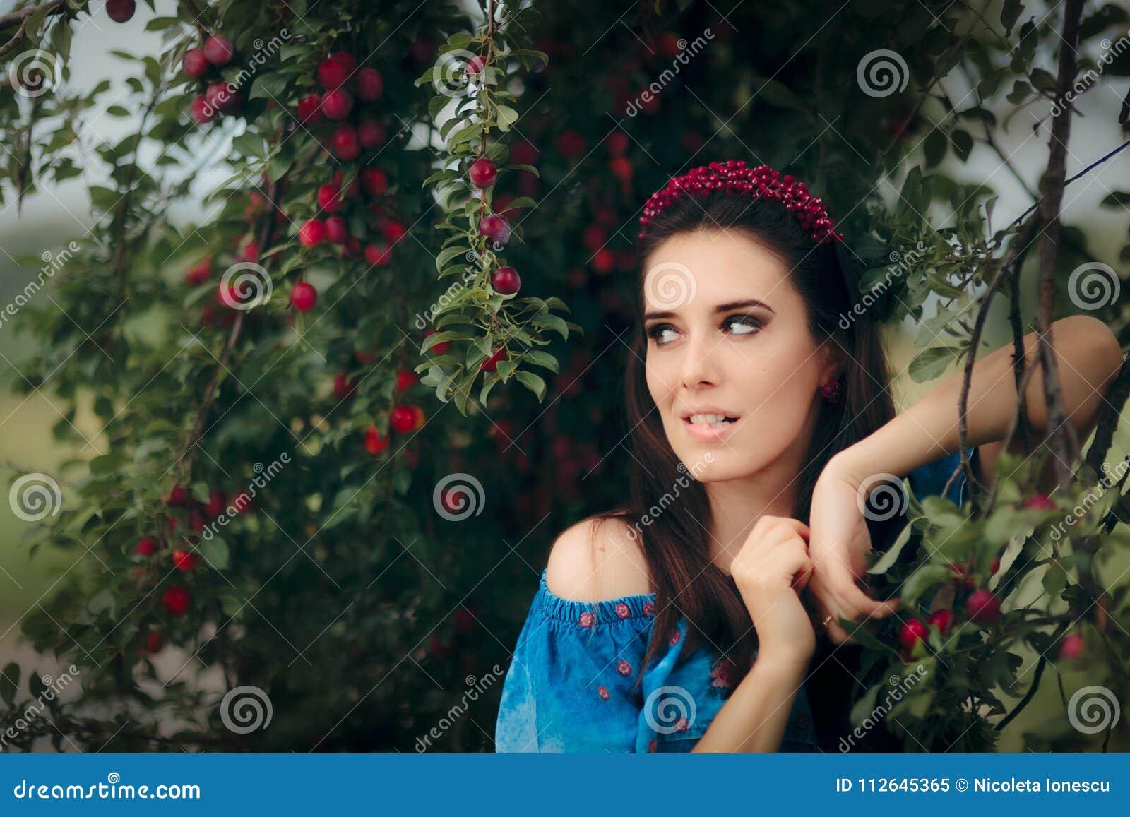 Gioielli d uso della bella donna messi vicino a Cherry Plumb Tree