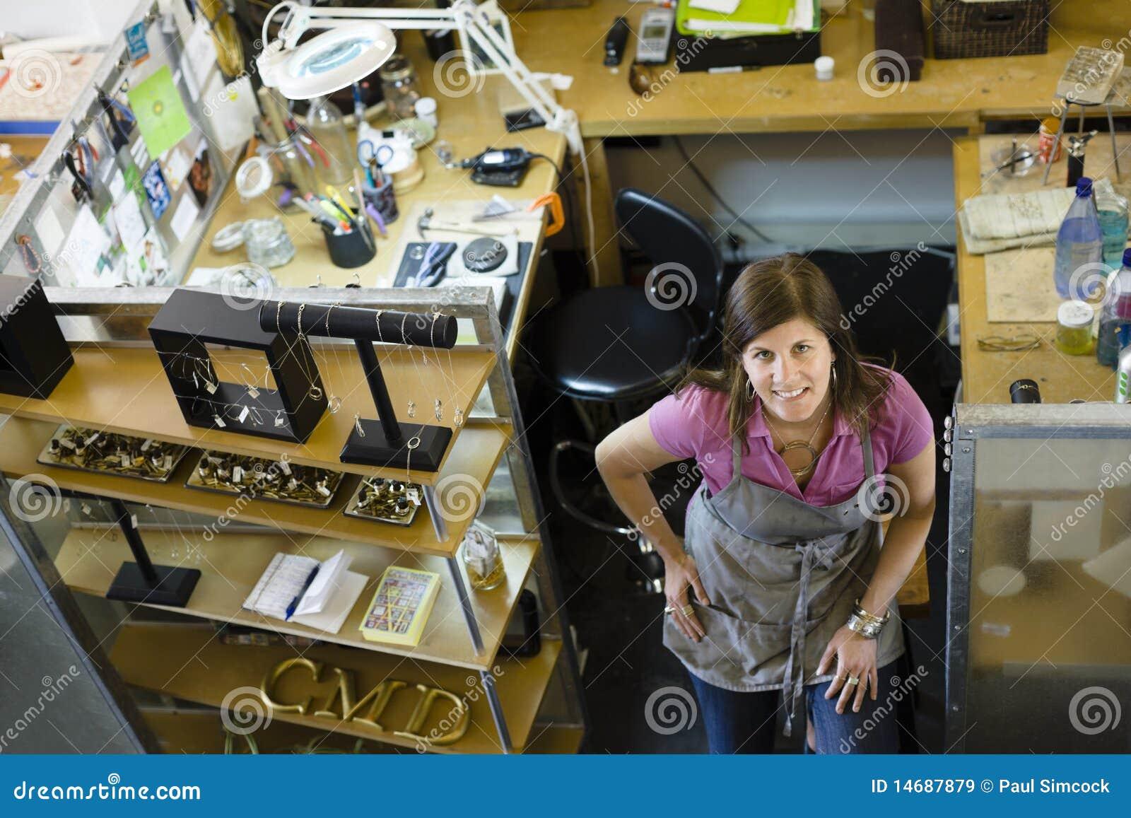 Gioielliere della donna che sorride alla macchina fotografica