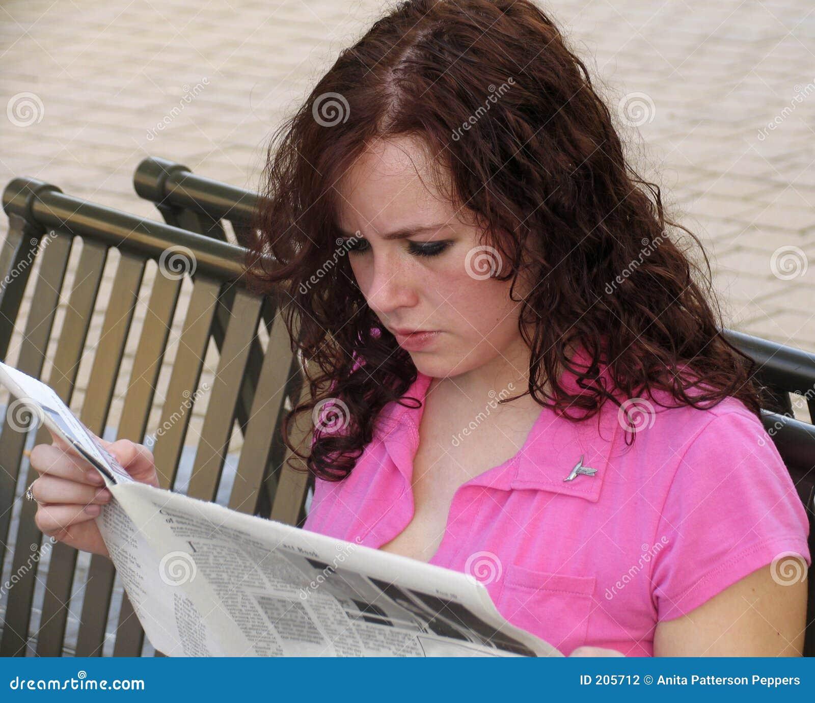 Giornale della lettura della giovane donna