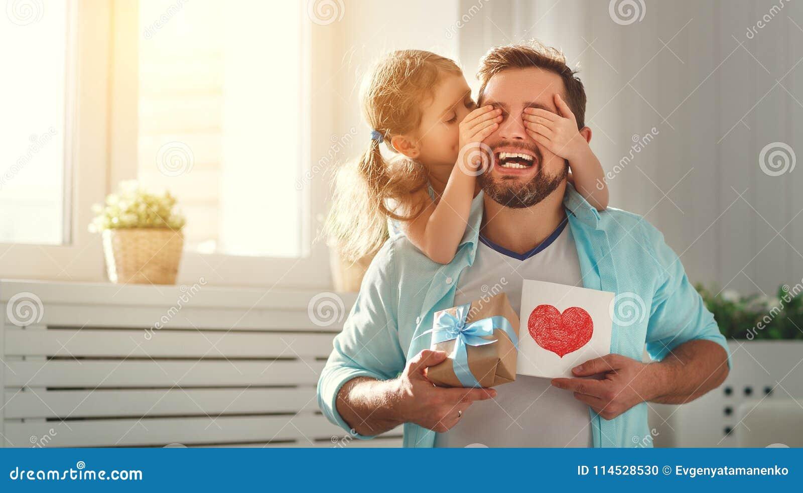 Giorno del `s del padre Figlia felice della famiglia che abbraccia papà e le risate