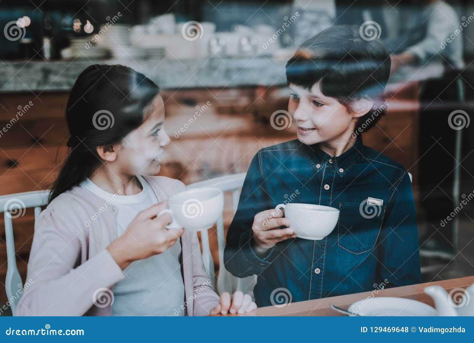 Giorno del sole Bambini felici Relazione sveglia Caffè