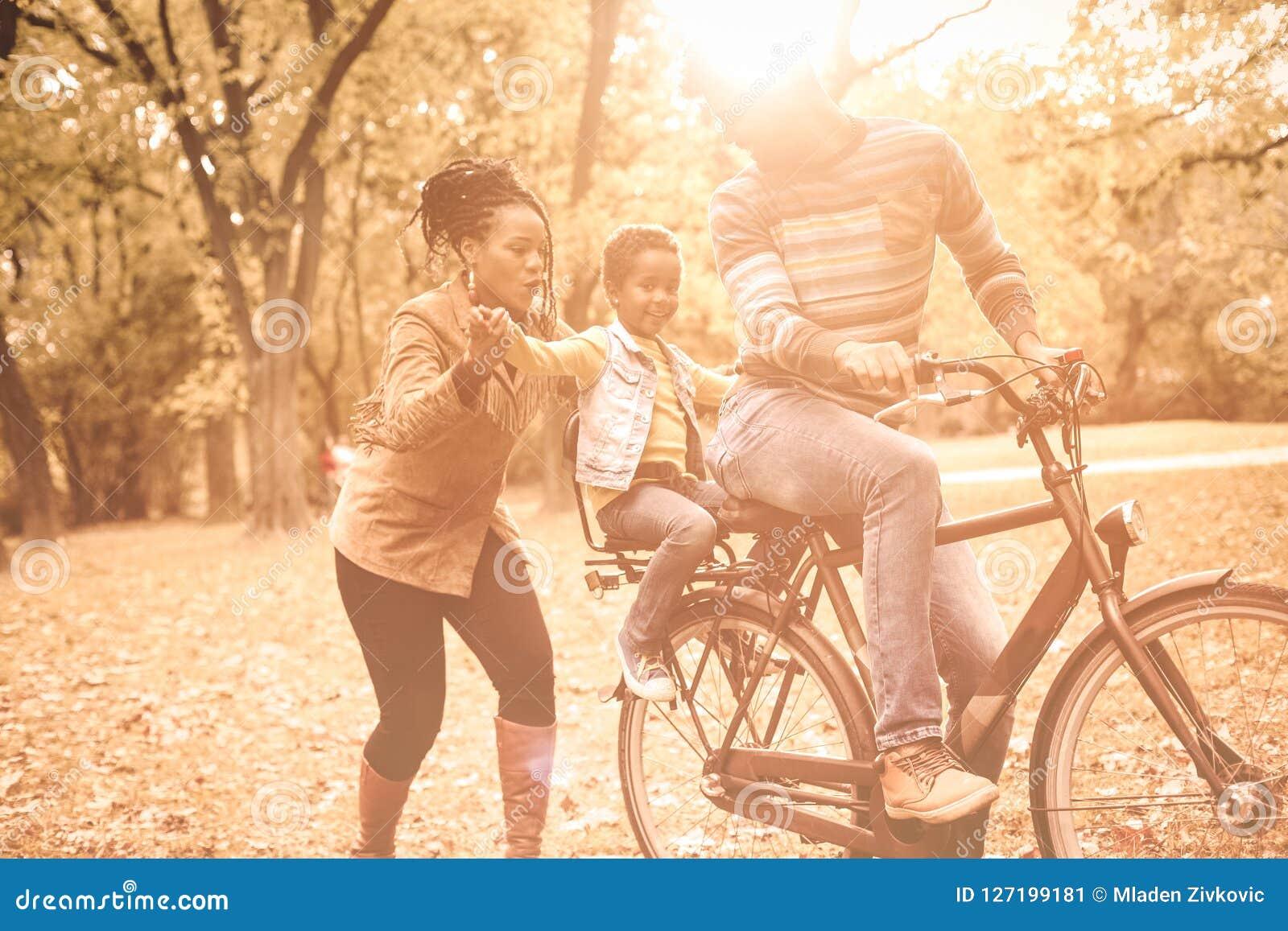 Giorno di autunno con i genitori