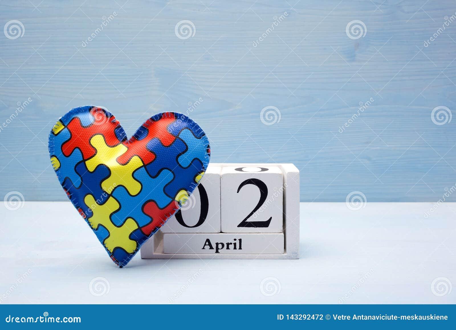 Giorno di consapevolezza di autismo del mondo, concetto mentale di sanità con il puzzle o modello del puzzle su cuore con il cale