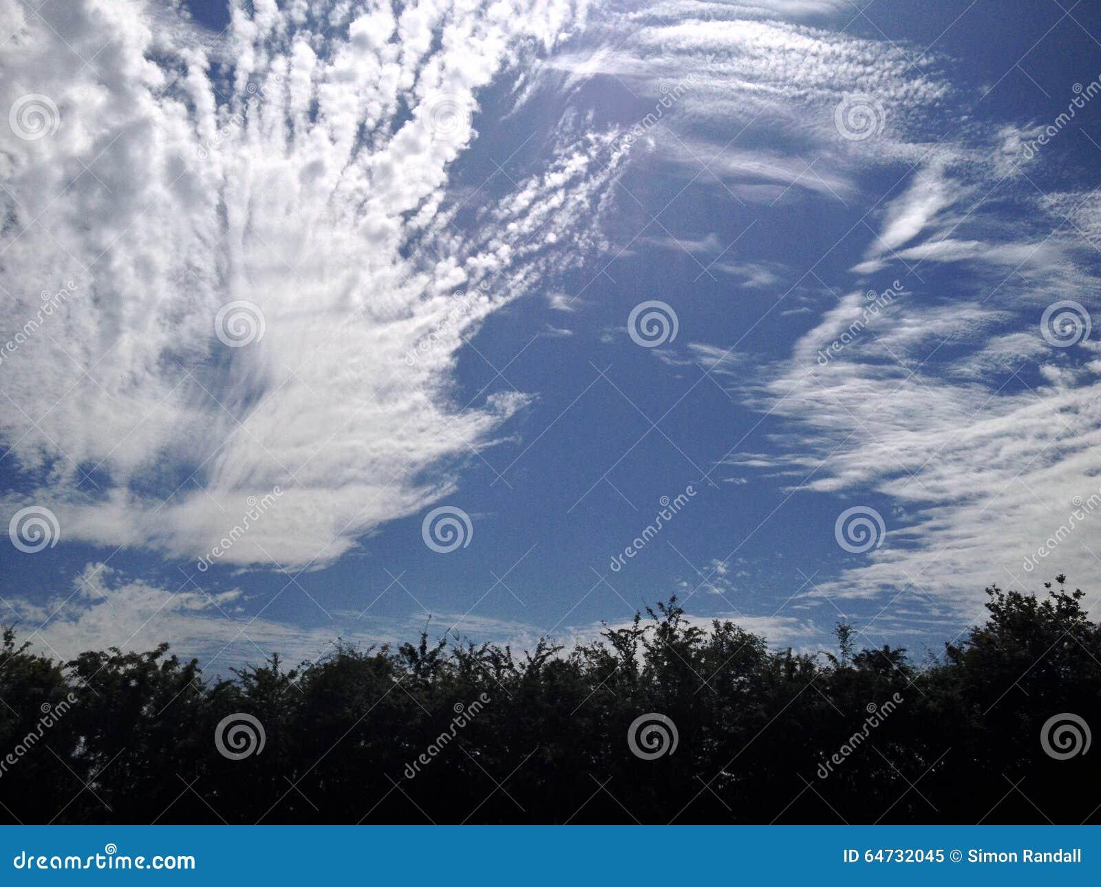 Giorno di estate con una deriva delle nuvole