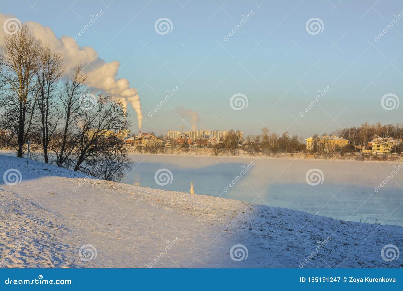 Giorno di Frosty Sunny January sulle banche del fiume di Neva