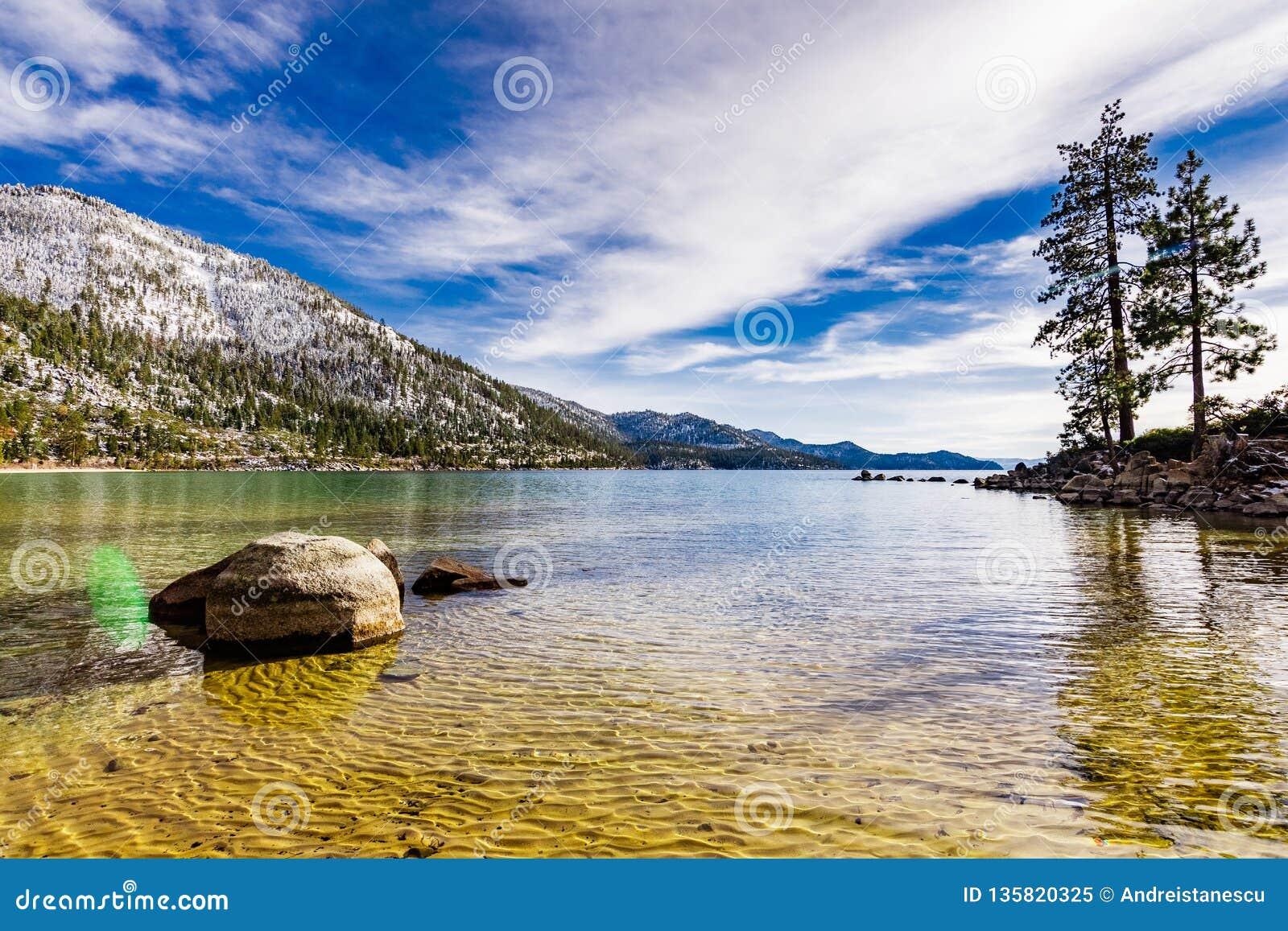 Giorno di inverno soleggiato sul litorale del lago Tahoe, parco di stato del porto della sabbia, sierra montagne, Nevada