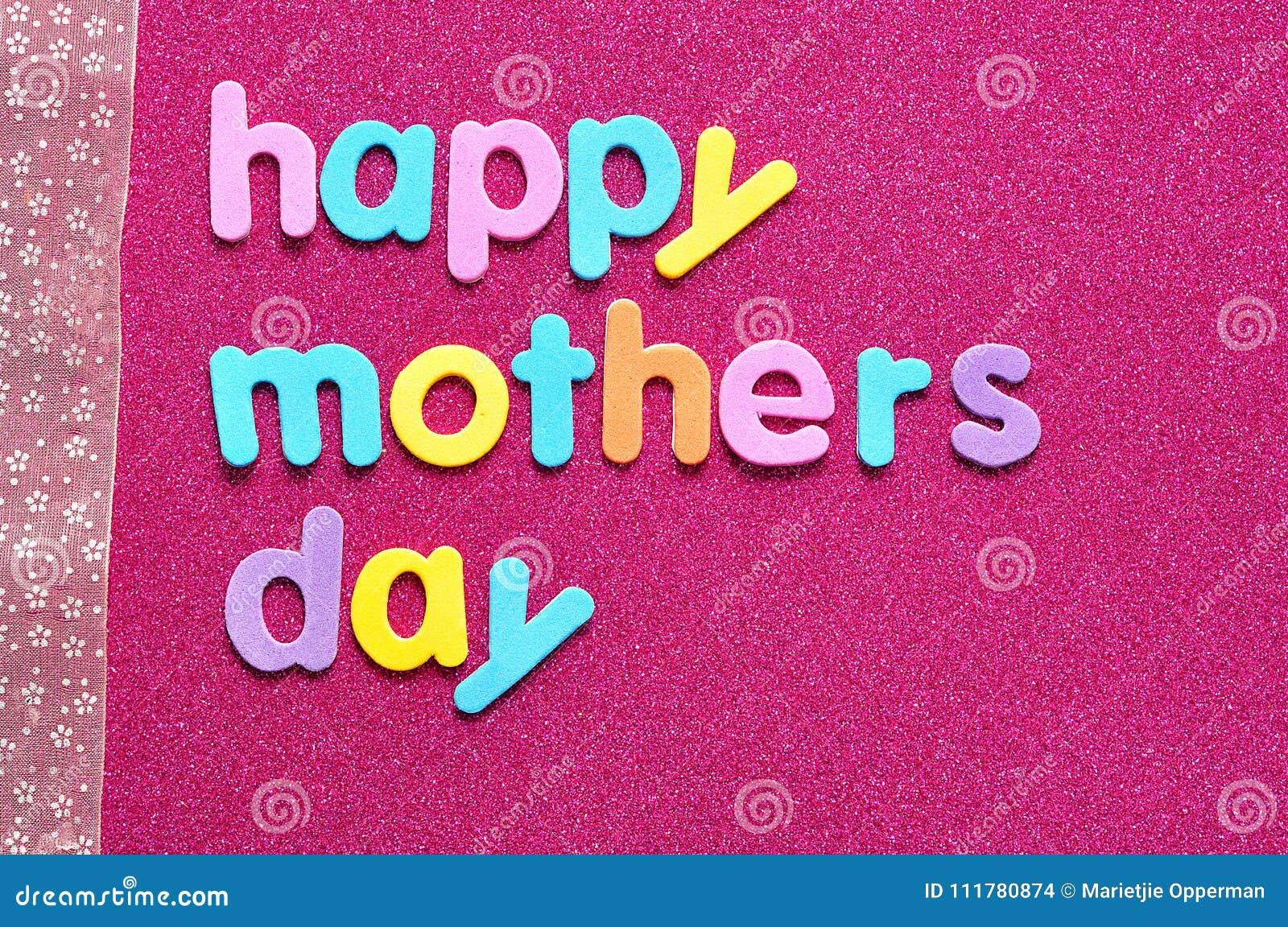 Giorno di madri felice su un fondo rosa con un nastro rosa