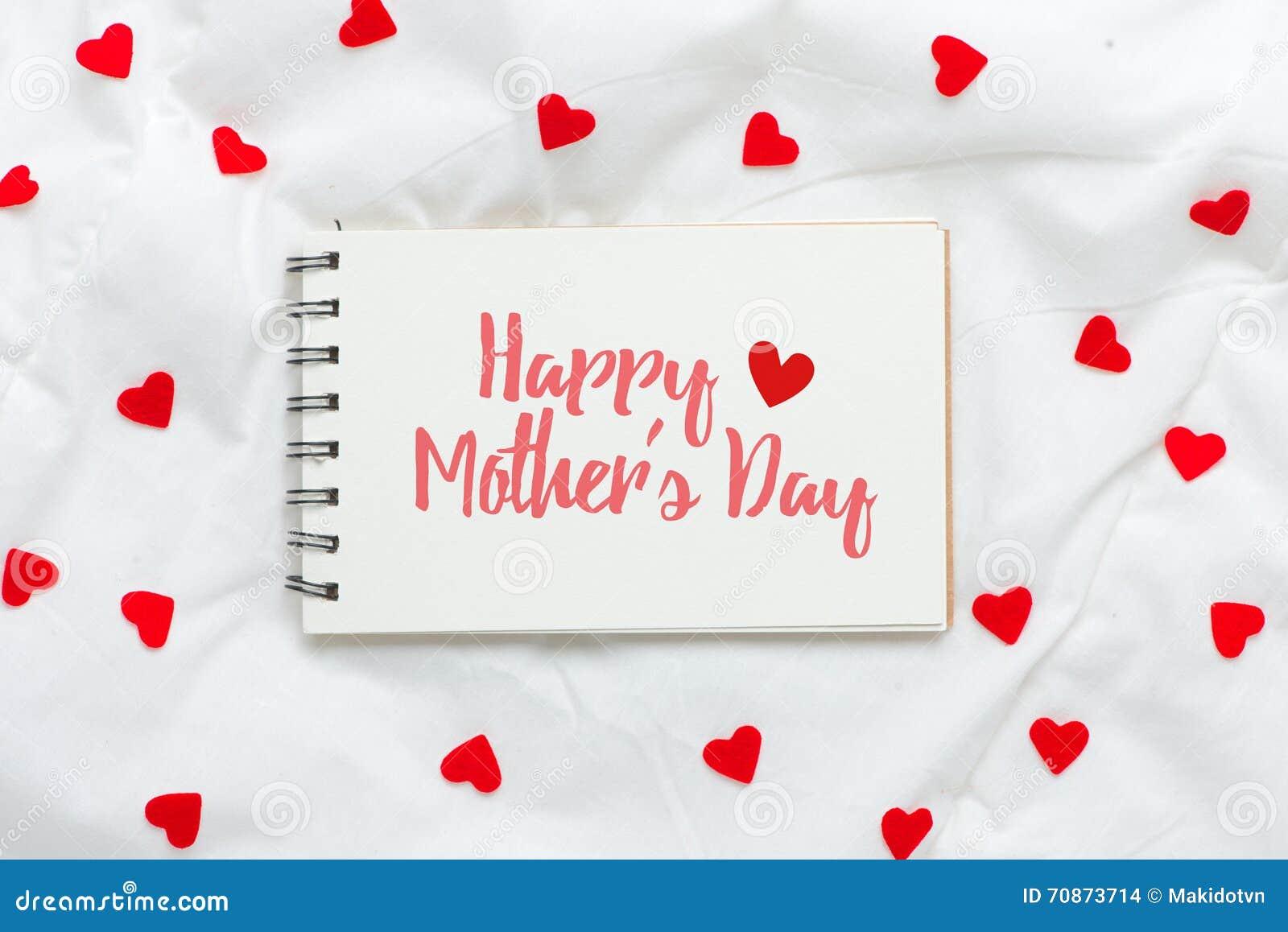 Giorno di madri felice sul foglio di carta vuoto con i cuori rossi