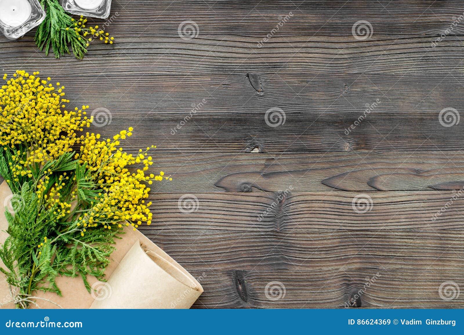 Giorno internazionale delle donne di concetto con la vista superiore del fondo di legno dei fiori