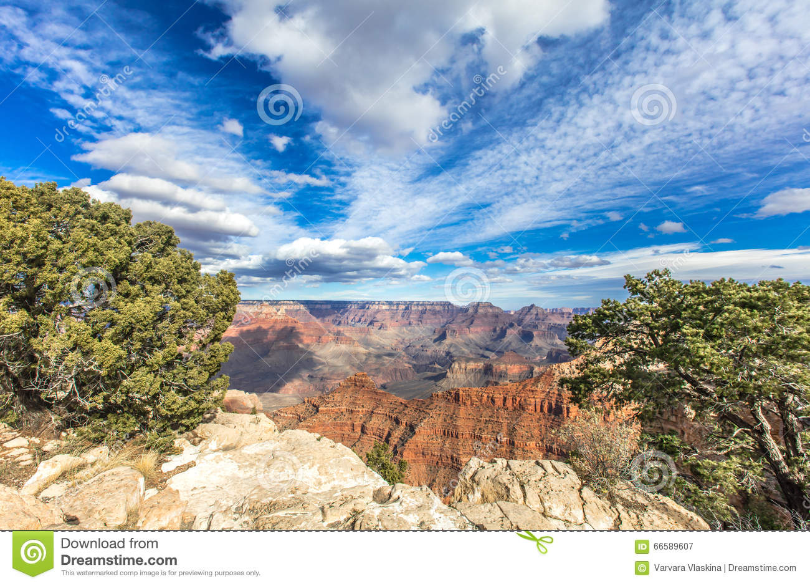 Giorno pieno di sole del grande canyon con cielo blu