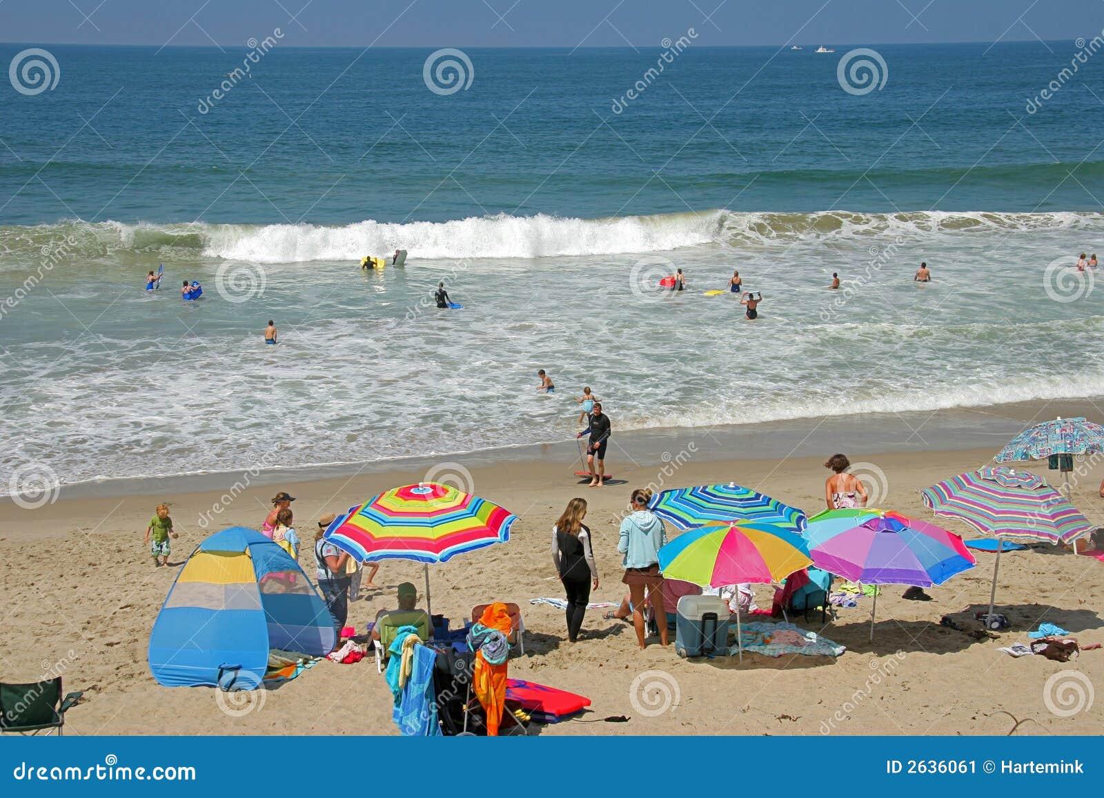 Giorno pieno di sole fuori alla spiaggia