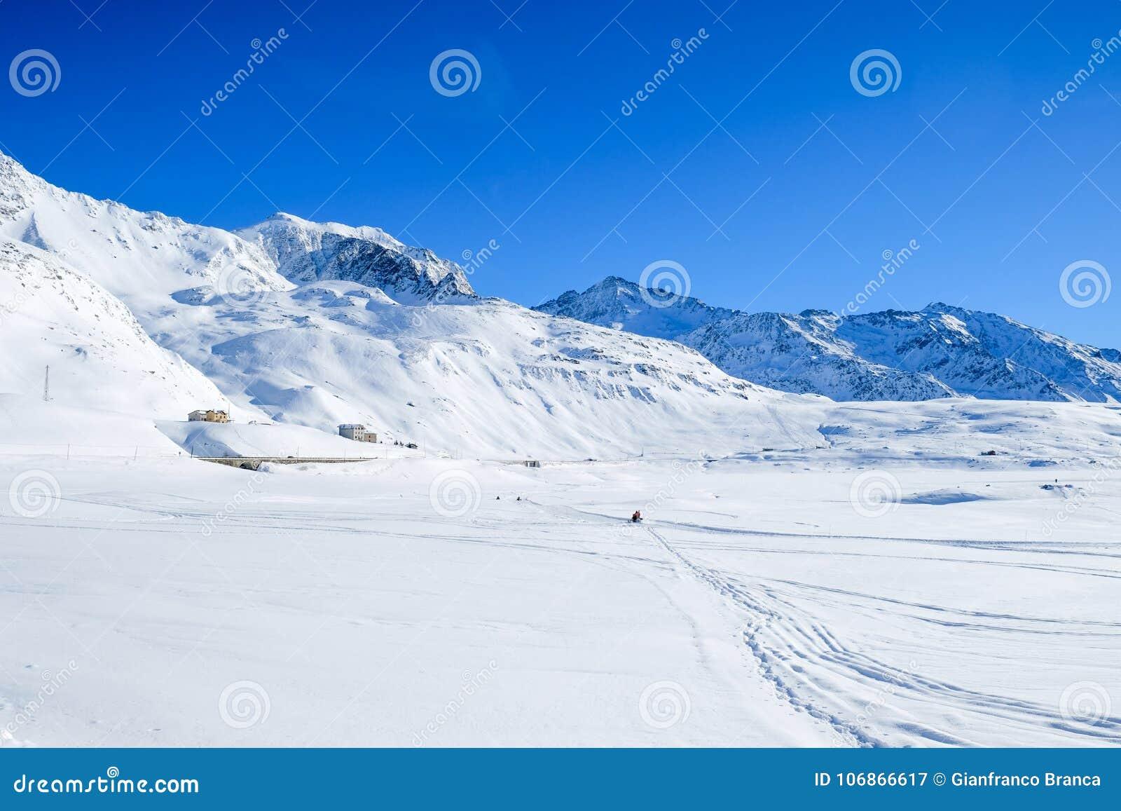 Giorno pieno di sole sulle alpi