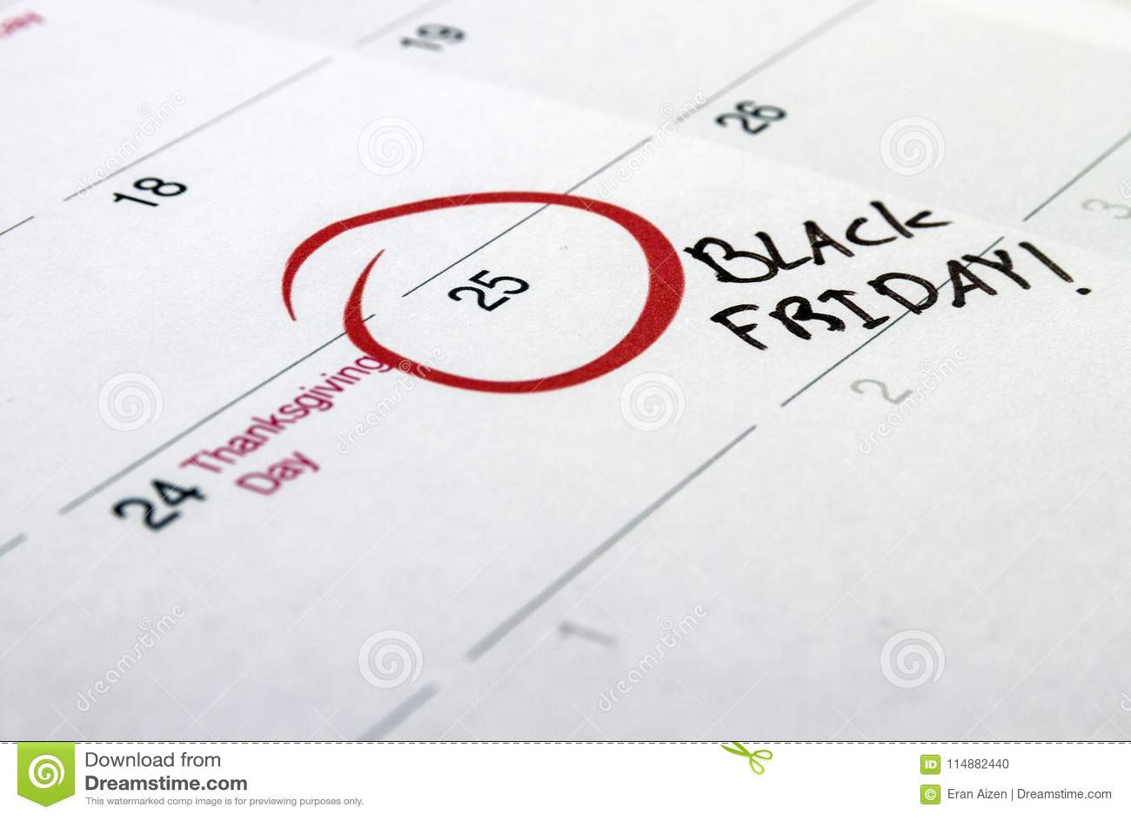 Giorno scritto a mano 2016 di evento di Black Friday segnato su un calendario bianco