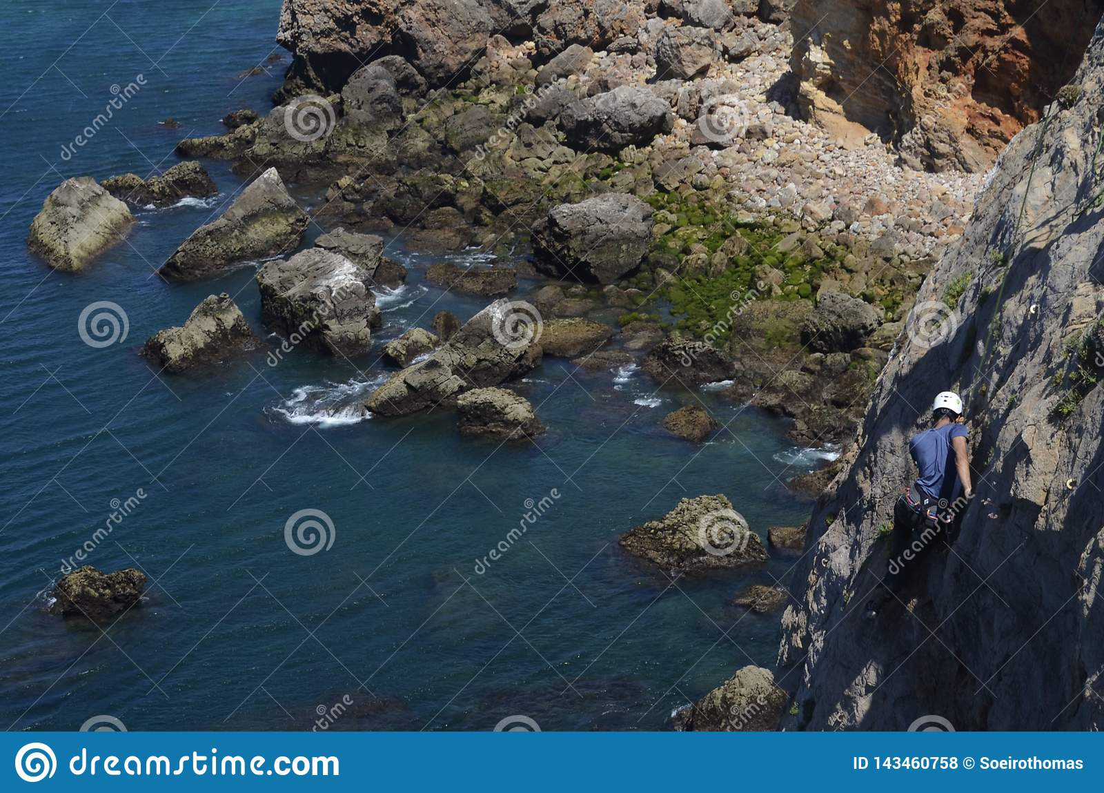 Giorno soleggiato di scalata sulle scogliere di pietra nel Portogallo con gli scalatori