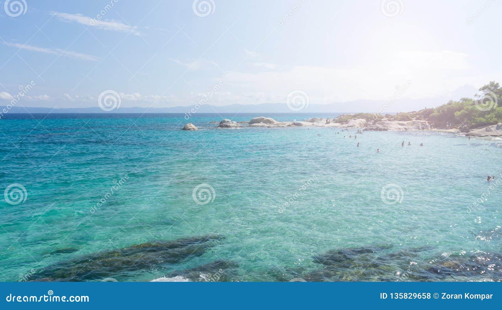 Giorno soleggiato sulla spiaggia arancio del halkidiki, la Grecia Bella spiaggia con chiara acqua blu del turchese