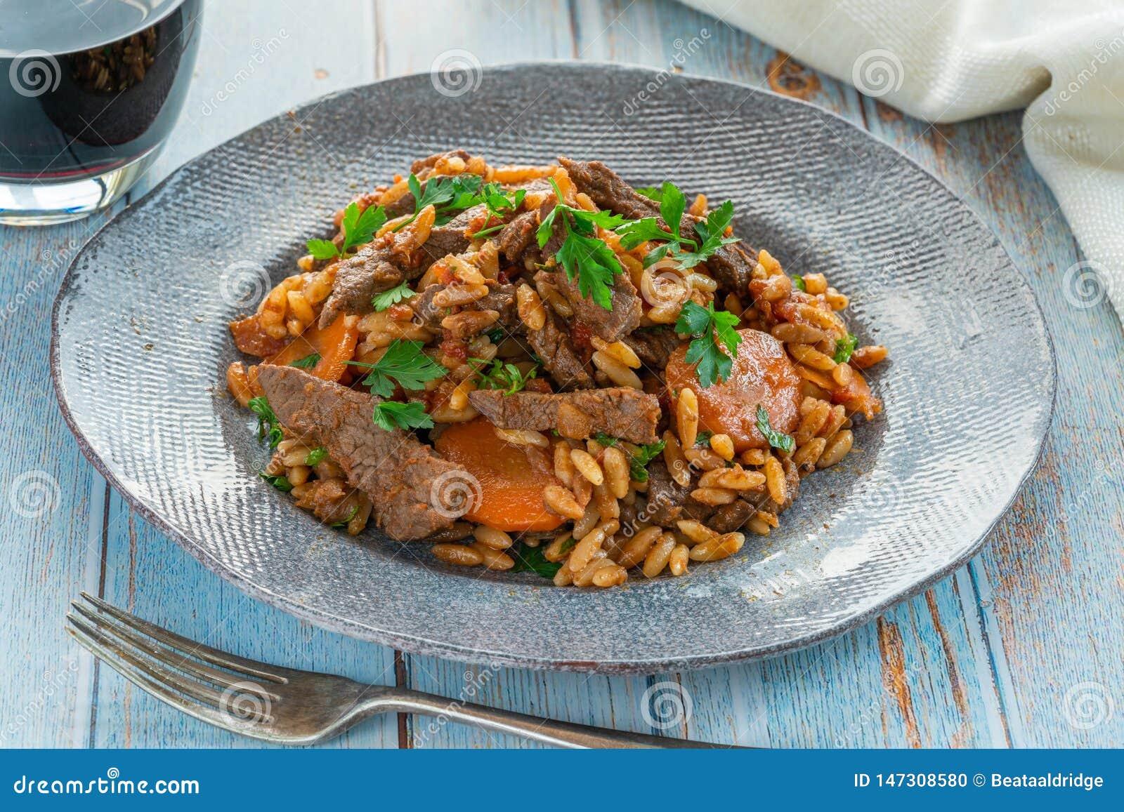 Giouvetsi - plato cocido griego con carne de vaca y pastas del orzo