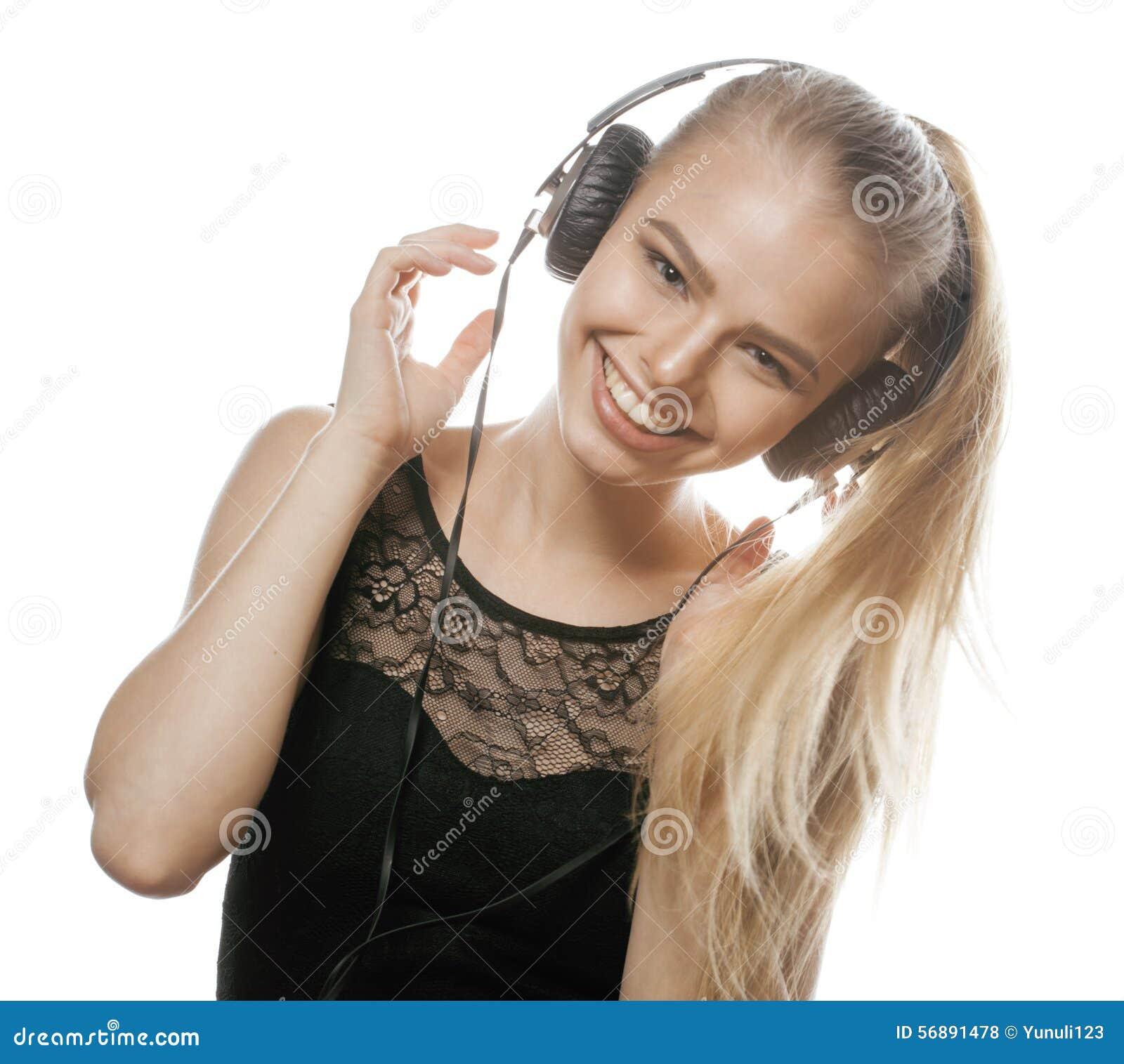 Giovane adolescente dolce in cuffie che canta