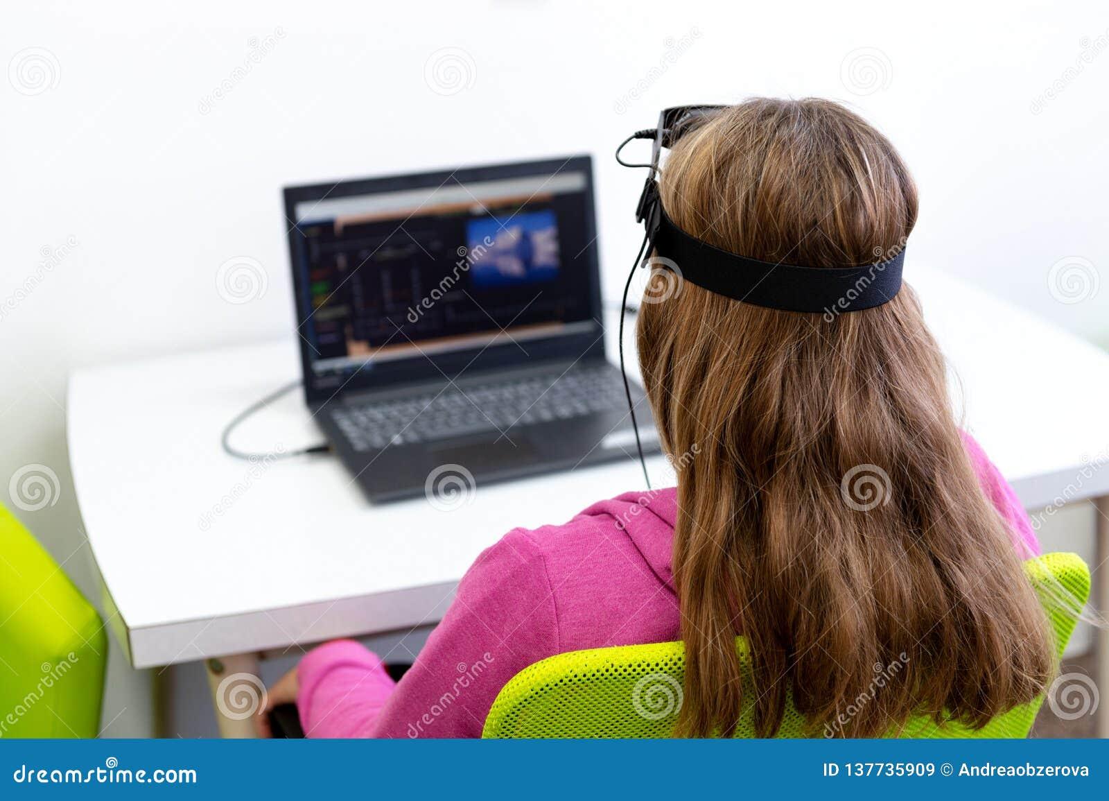 Giovane adolescente durante la sessione del neurofeedback di elettroencefalogramma Concetto di elettroencefalografia Vista poster