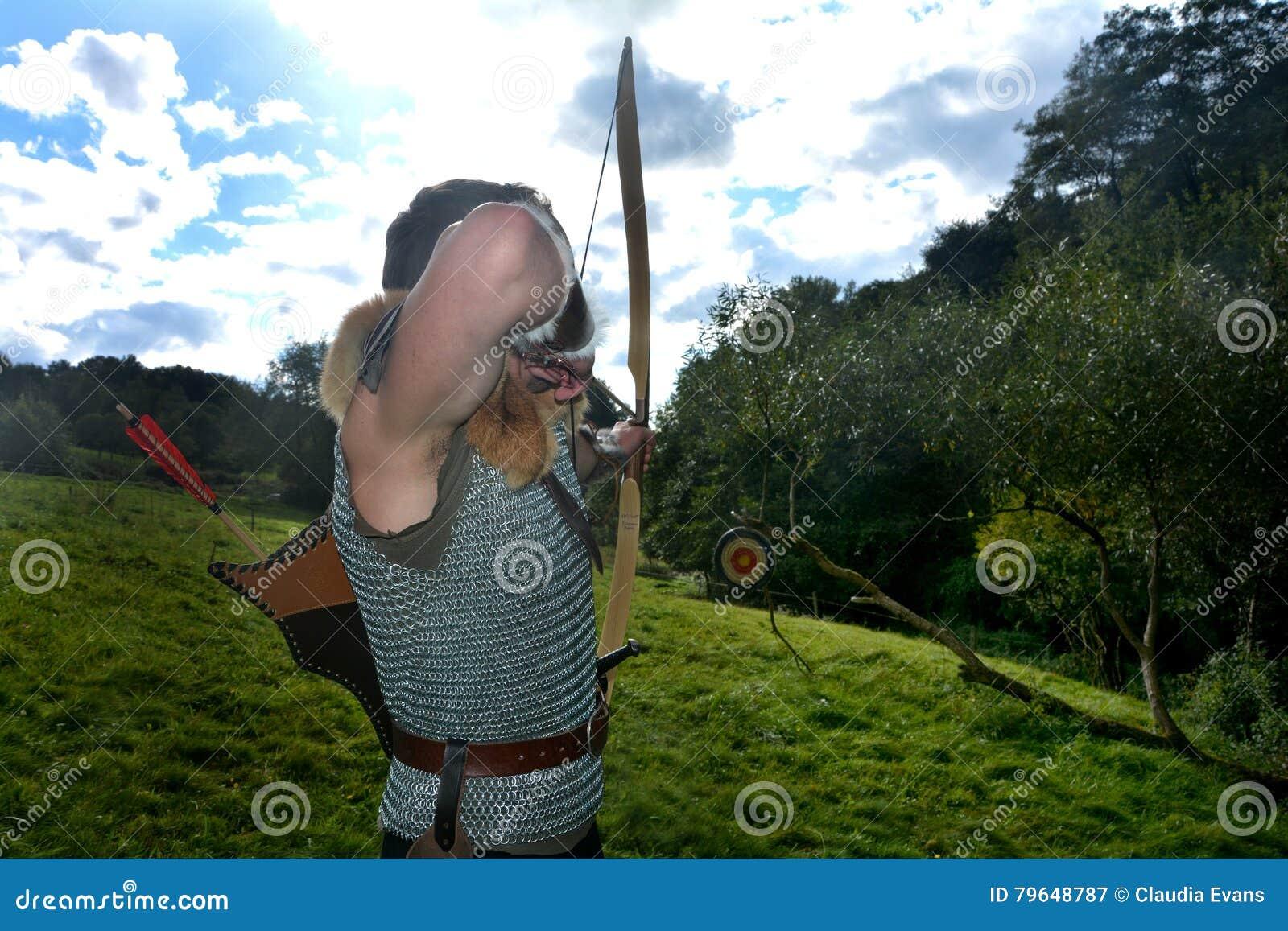 giovane arcere medievale se l'obiettivo tende con la freccia e la
