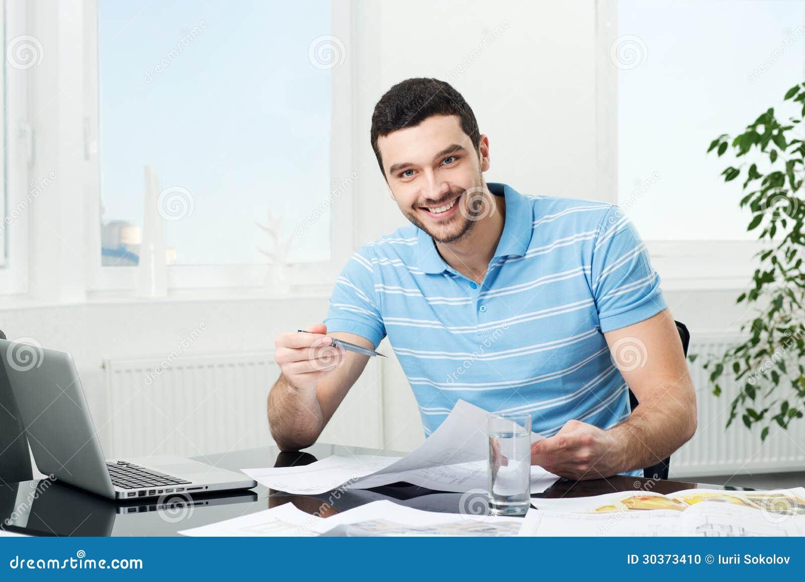 giovane architetto arredatore bello nel luogo di lavoro