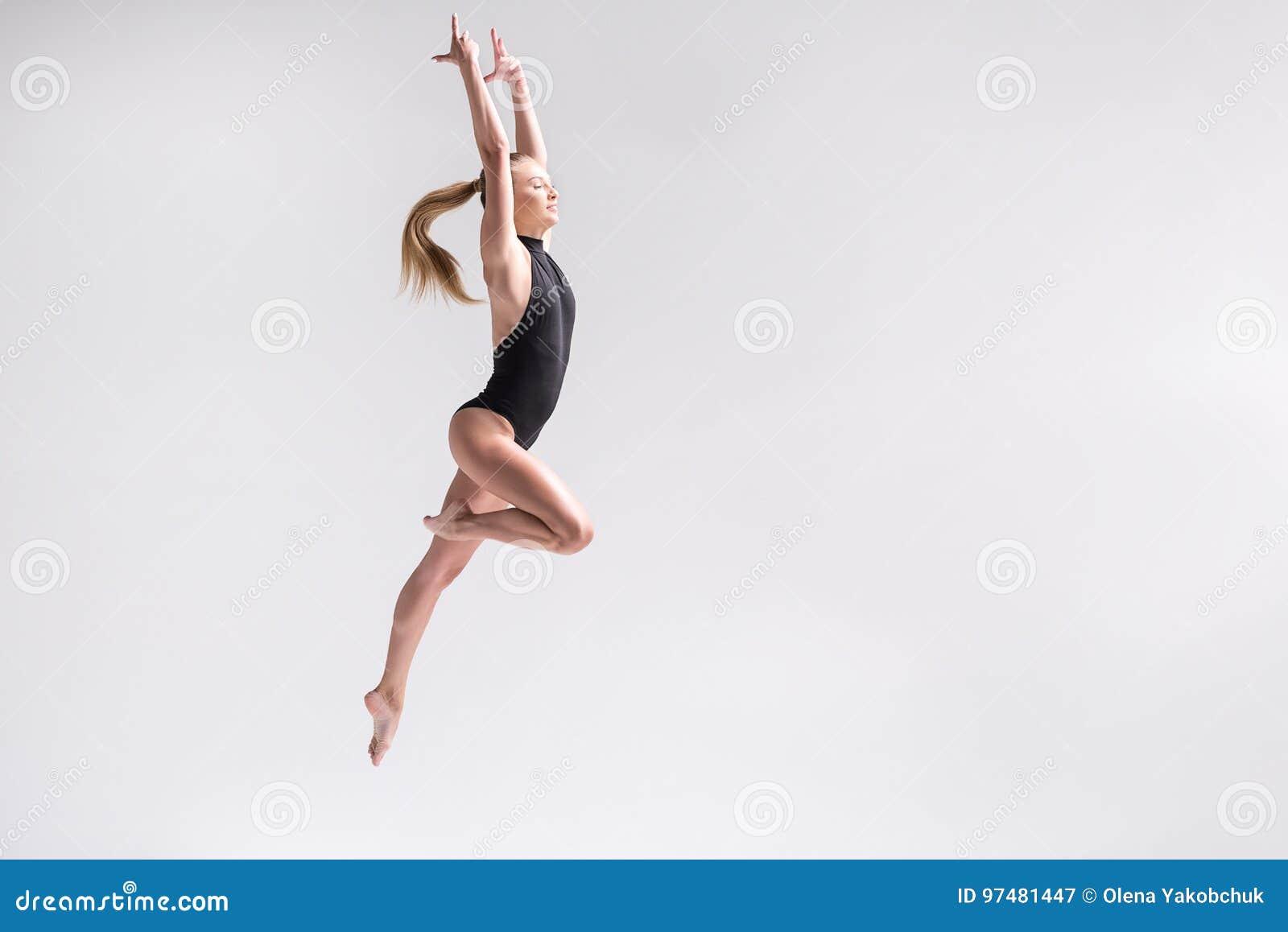 Giovane atleta femminile allegro che pratica alcuni esercizi
