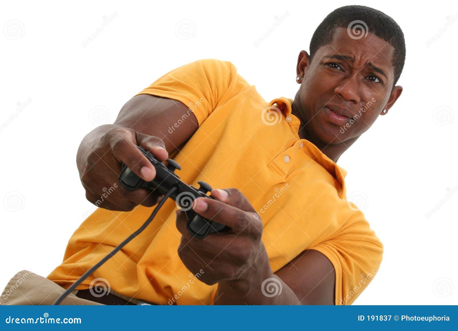 Giovane attraente con il rilievo di controllo del video gioco