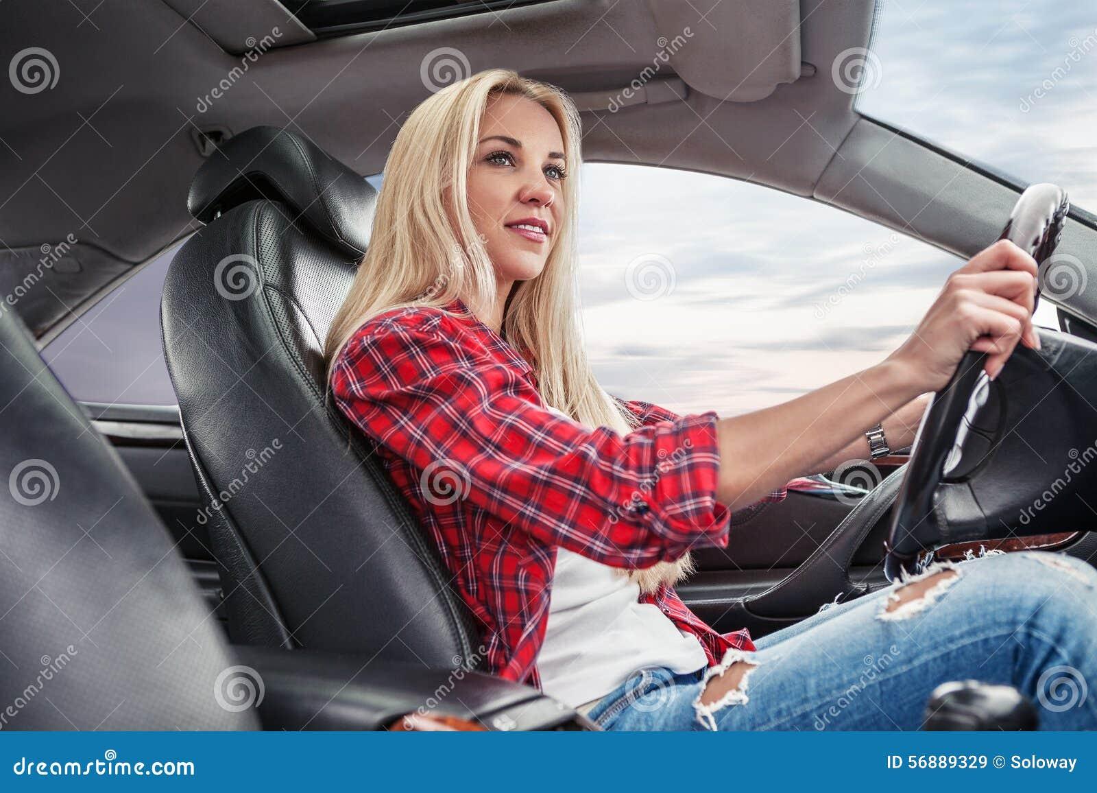 Giovane azionamento biondo un automobile