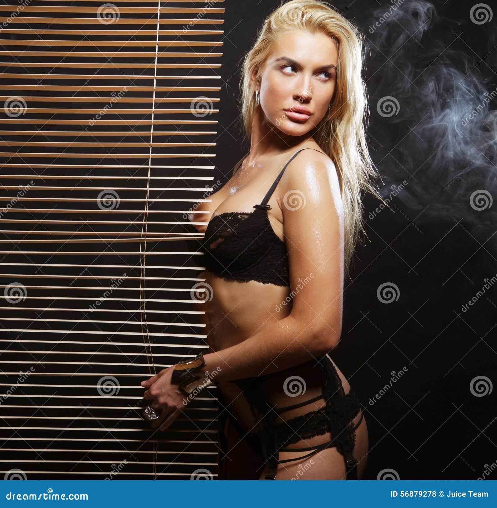 Giovane ballerino sexy di striptease