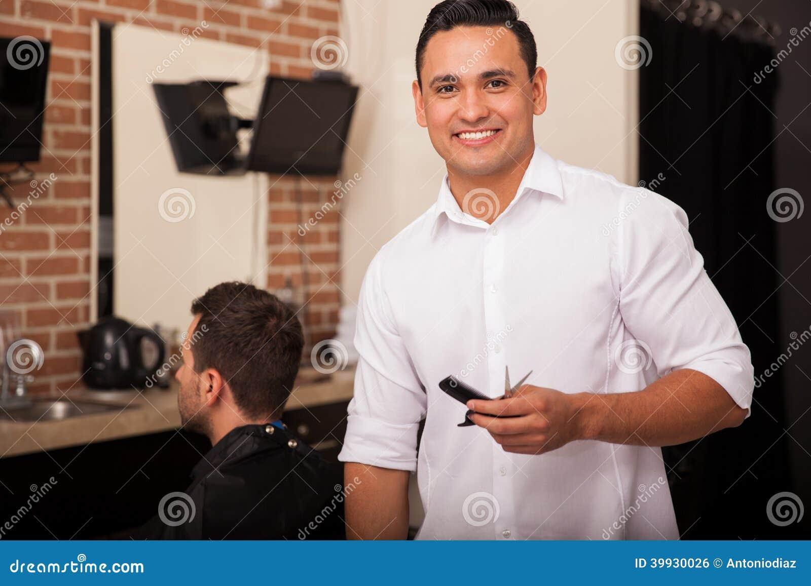 Giovane barbiere latino sul lavoro