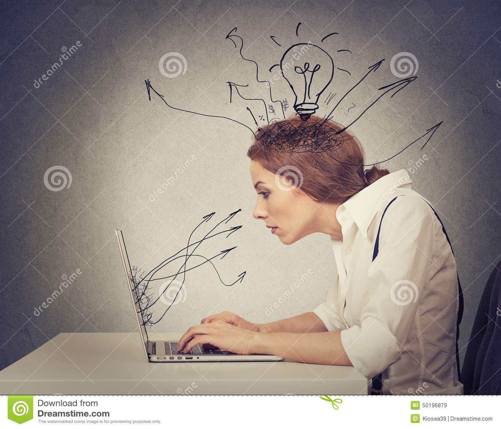 Giovane battitura a macchina di lavoro della donna di affari sul computer in ufficio