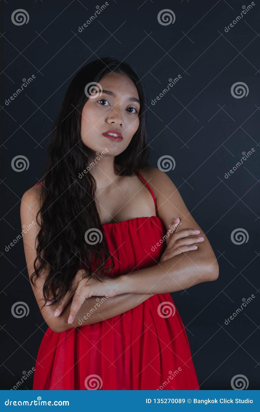 38dfcb9133ee Giovane Bella Donna Asiatica In Vestito Rosso Immagine Stock ...