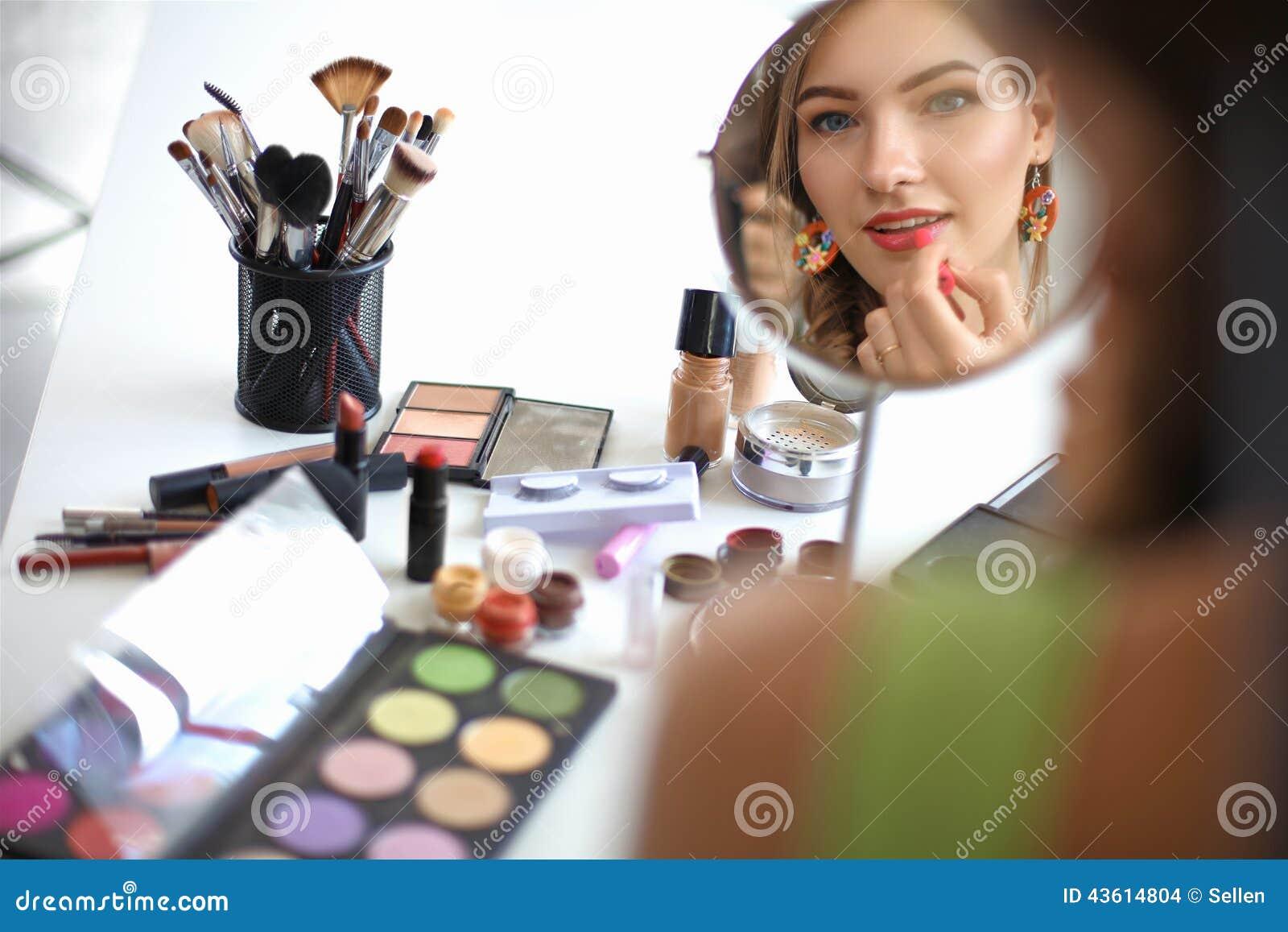Giovane bella donna che fa trucco vicino allo specchio fotografia stock immagine 43614804 - Bambini che si guardano allo specchio ...