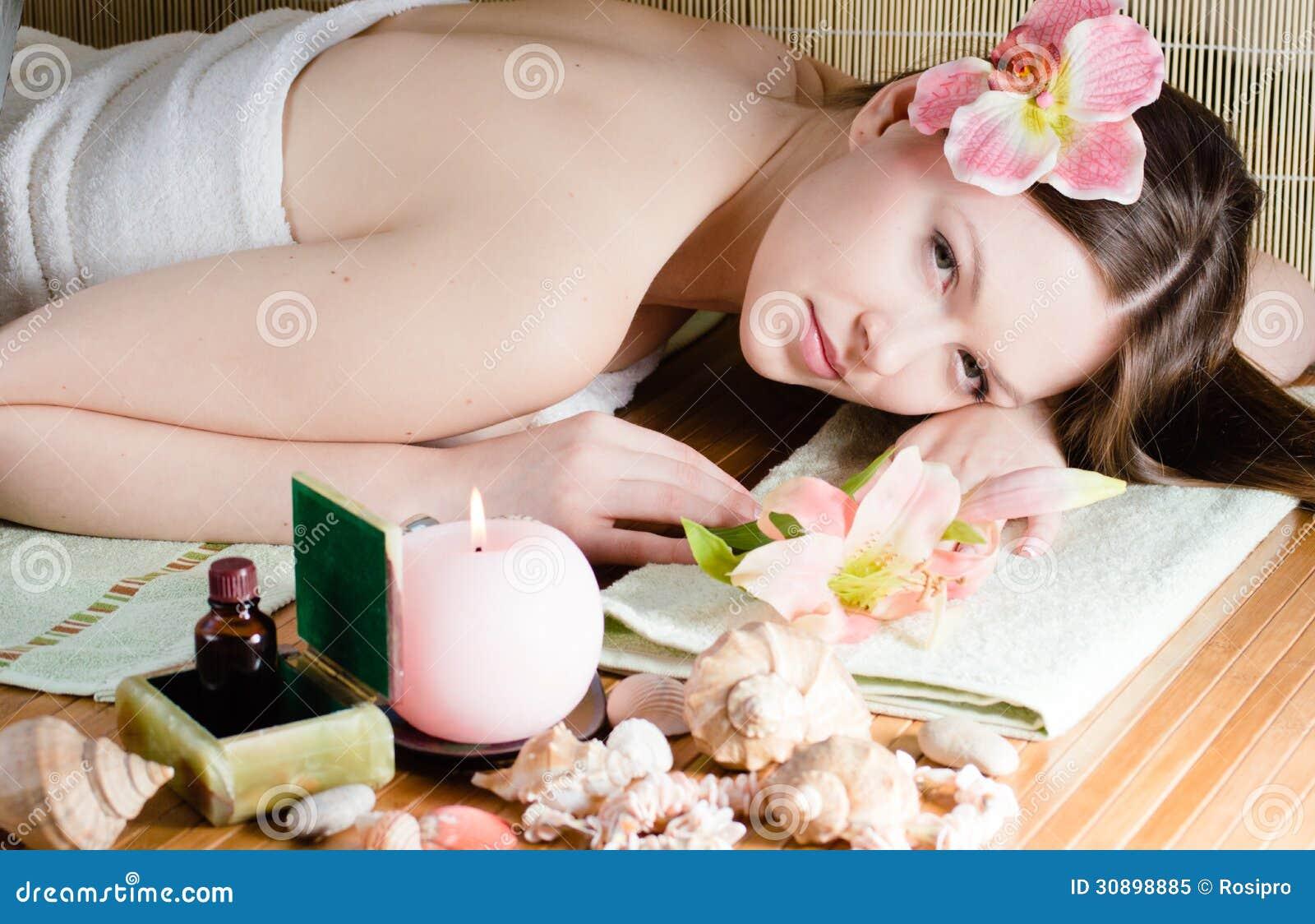 Giovane bella donna che si rilassa nel salone della stazione termale