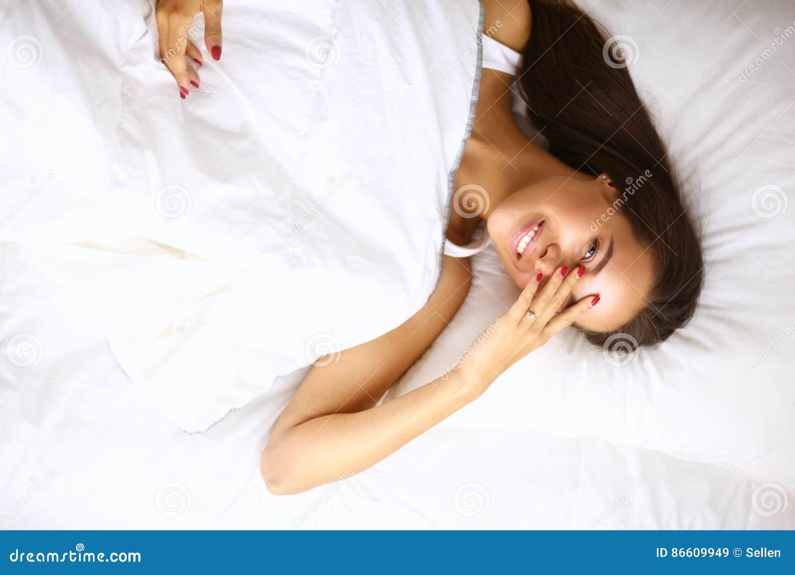 Giovane bella donna che si trova a letto a casa immagine stock immagine 86609949 - Giochi che si baciano a letto ...