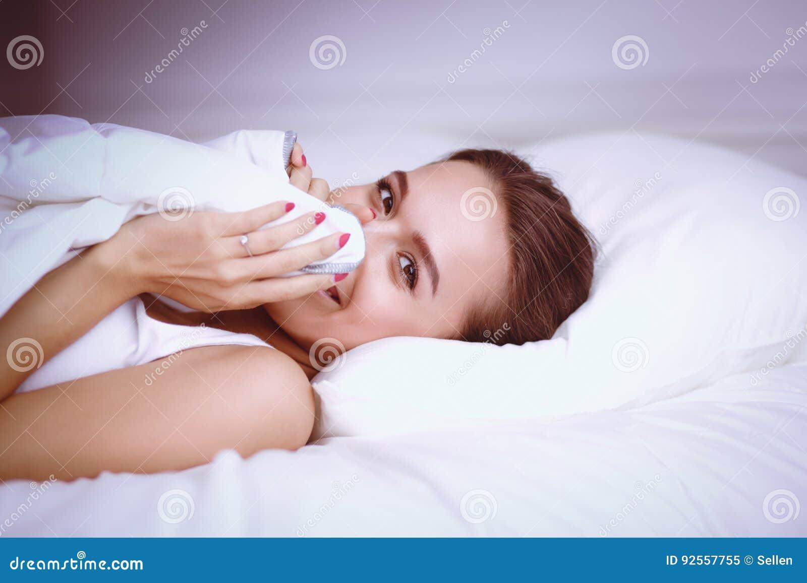 Giovane bella donna che si trova a letto a casa