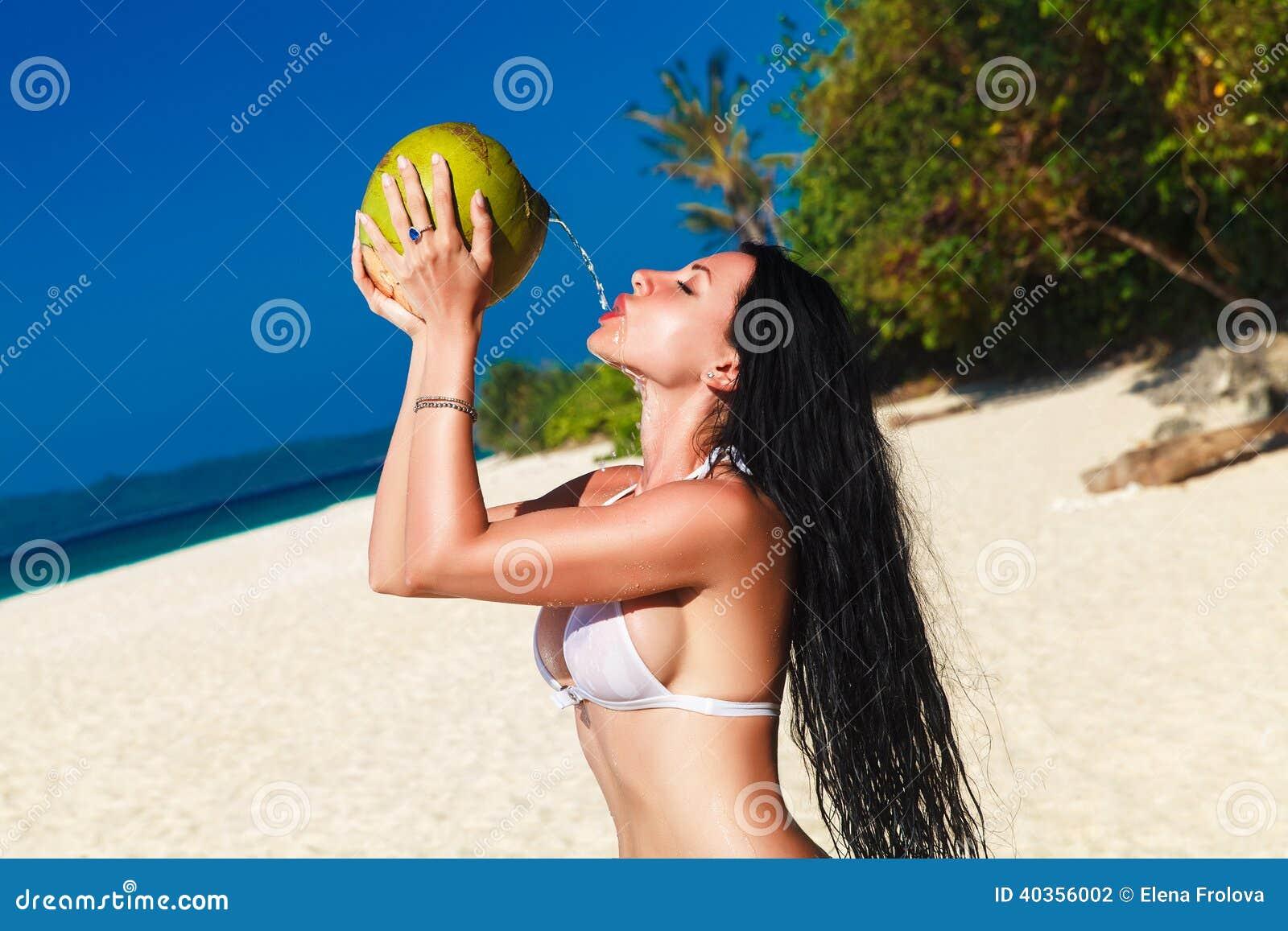 Giovane Bella Donna Con Capelli Neri Lunghi In Bikini ...