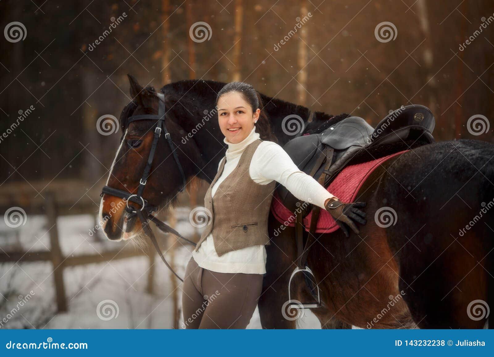 Giovane bella donna con il ritratto all aperto del cavallo al giorno di molla