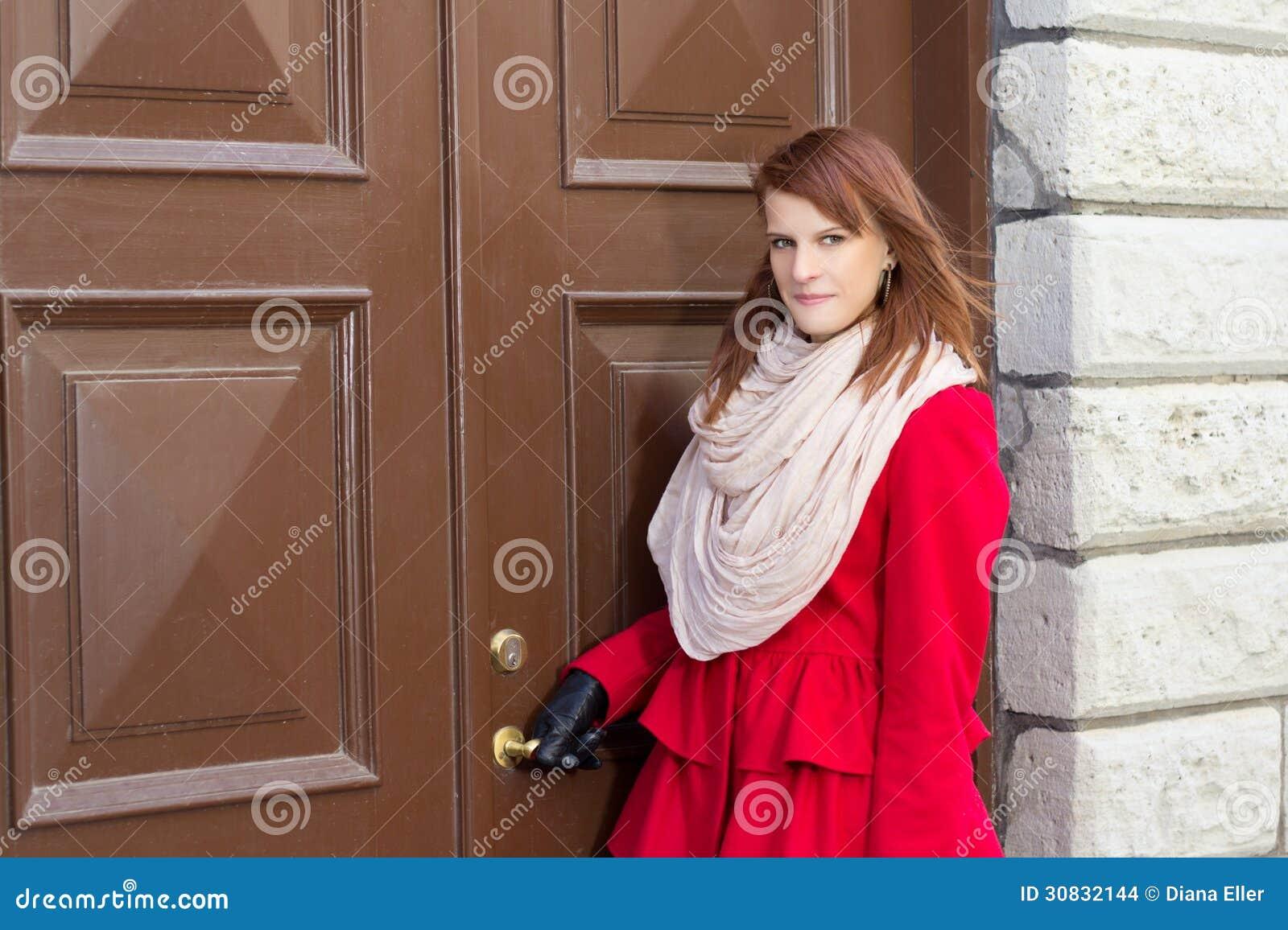 Giovane bella donna davanti alla vecchia porta
